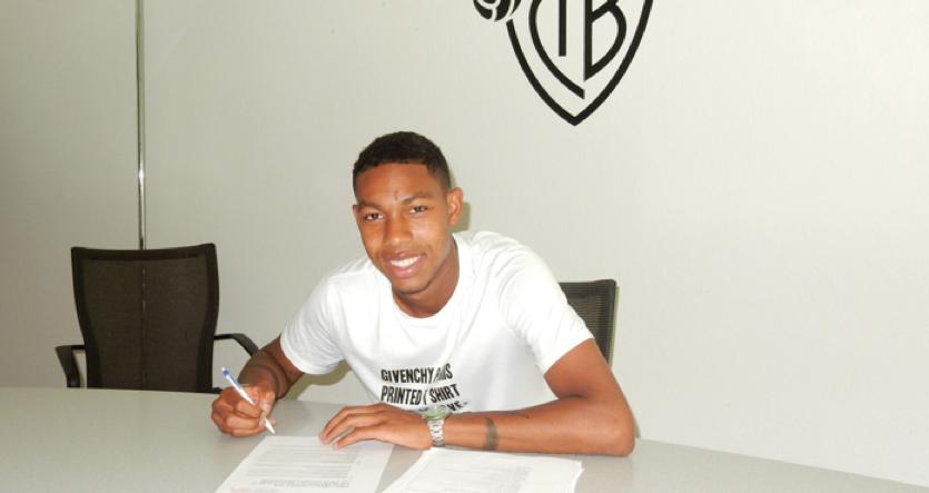 Das vom FC Basel verwendete Bild zur Überbringung der Verletzungsnachricht: Jean-Peal Boëtius bei der Vertragsunterzeichnung.