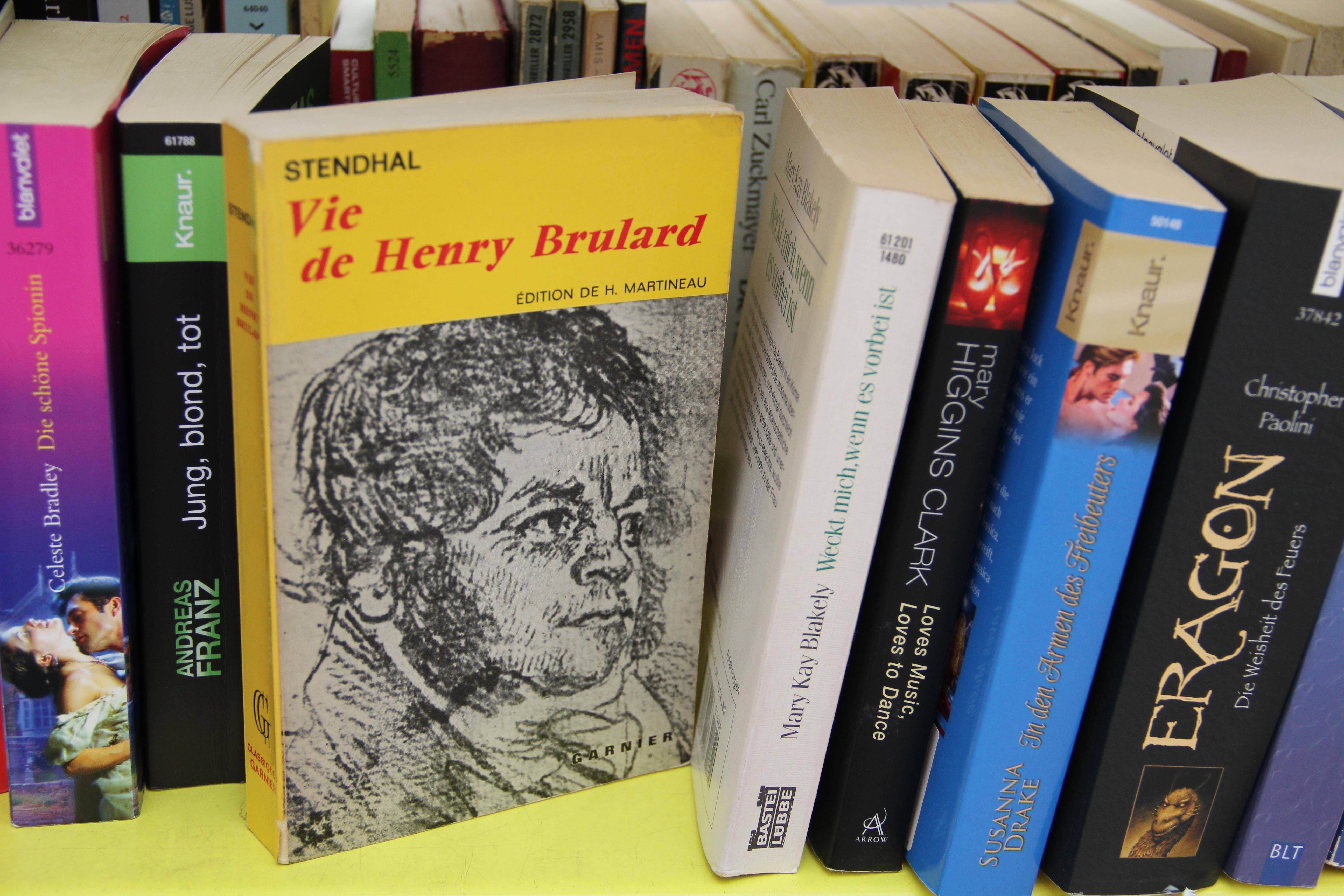 Sowohl leichte Kost wie auch der eine oder andere Klassiker ist hier zu finden. Wer die Bücher gut durchforstet, findet auch mal etwas Fremdsprachiges – so etwa Stendhal.