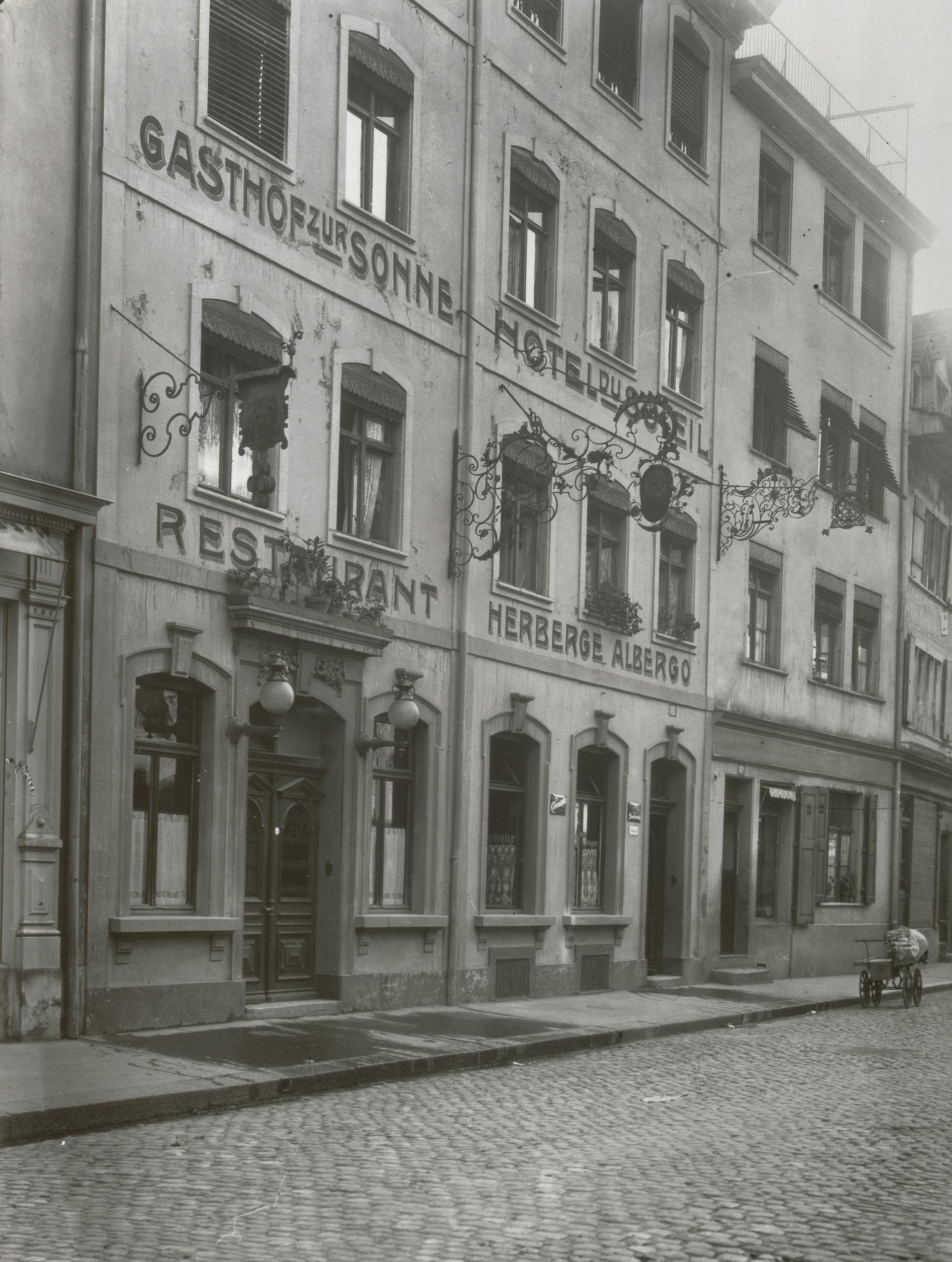 Der Gasthof zur Sonne mit seinen verschwundenen schmiedeeisernen Wirtshausschildern (1915)