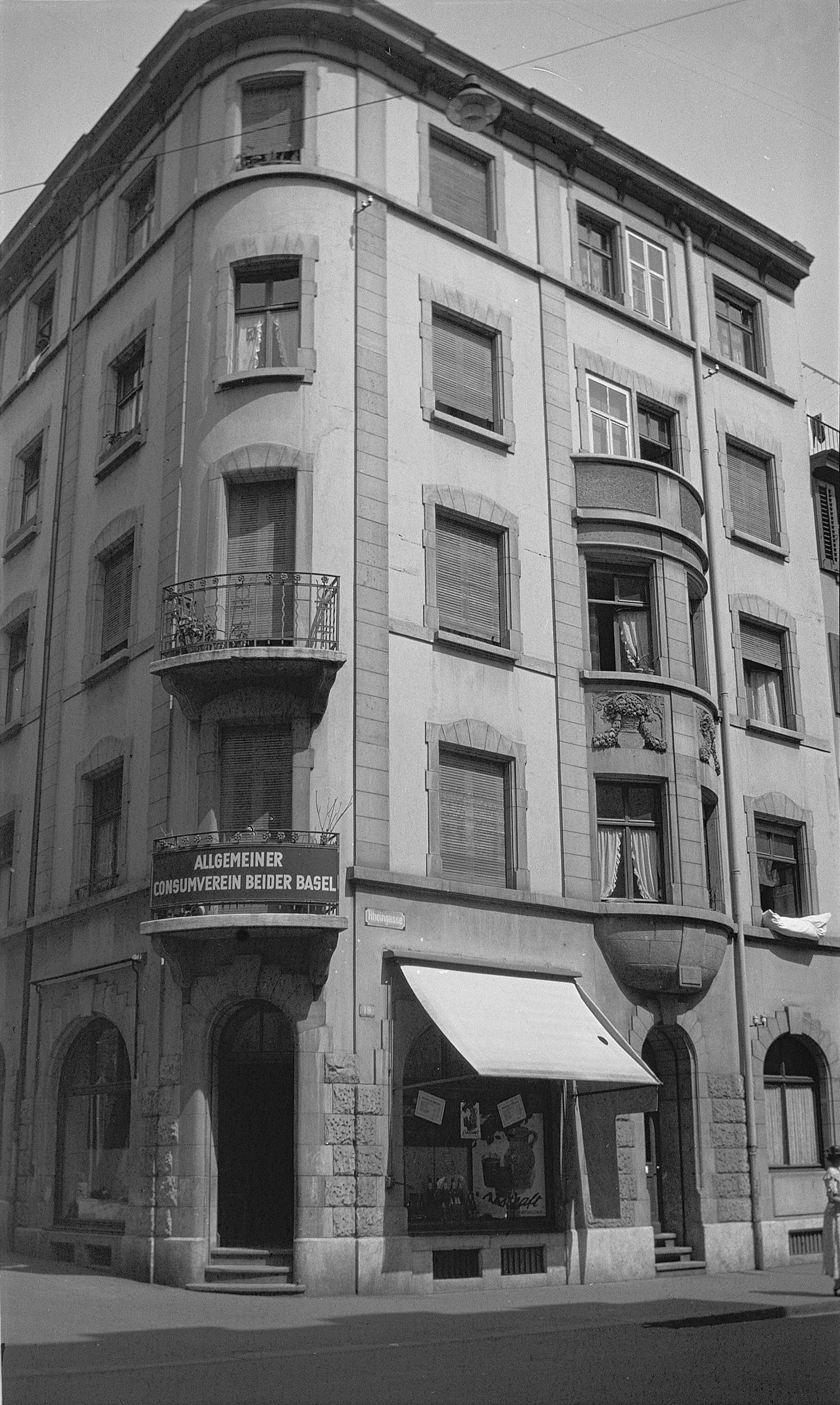 Der ehemalige Laden des Allgemeinen Consumvereins ACV (1936), wo sich heute die Bar Consum befindet.