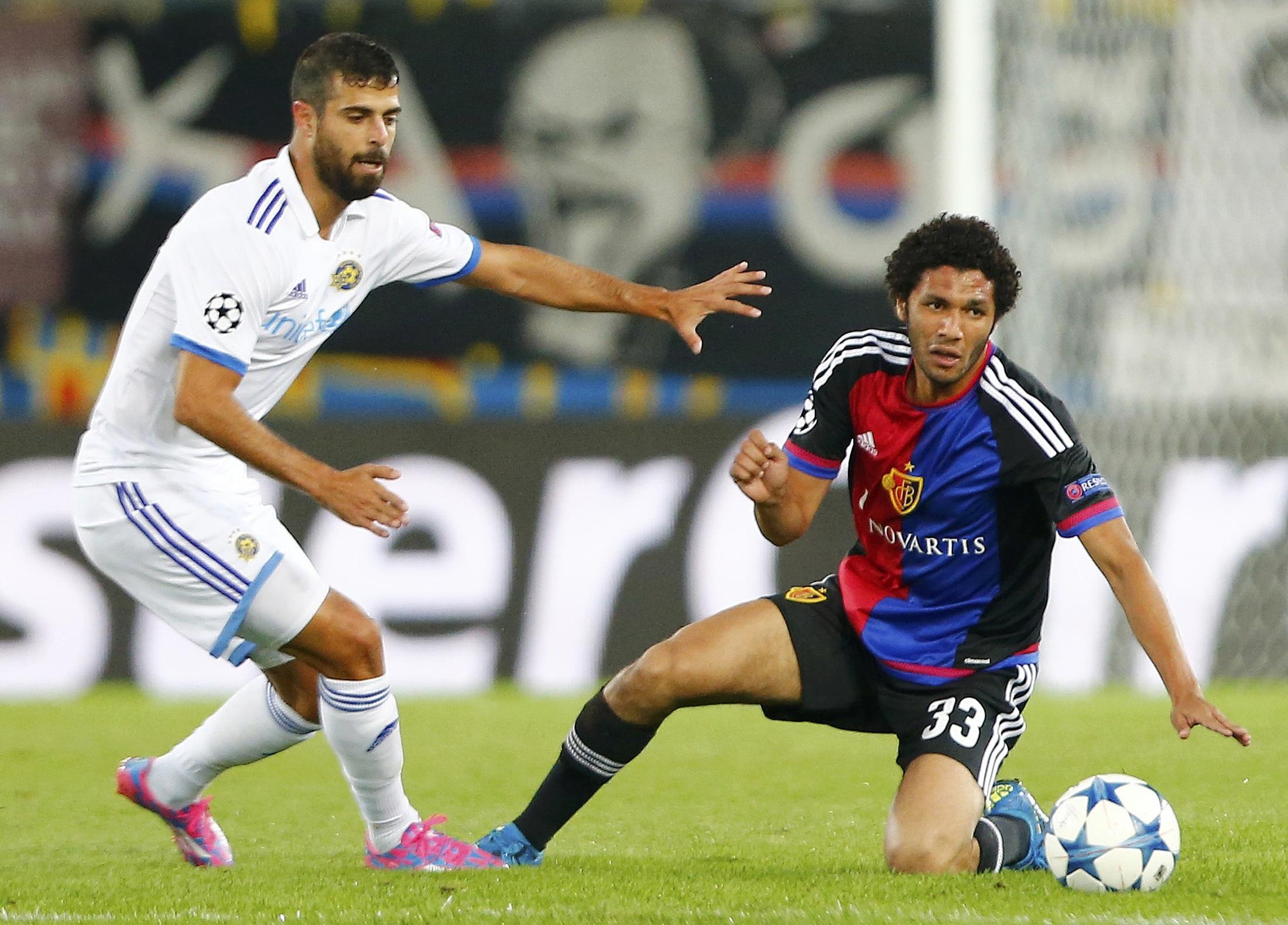 FC Basel's Mohamed Elneny (R) fights for the ball against Maccabi Tel Aviv's Eden Ben Basat during their Champions League play-off first leg soccer match at the St. Jakob Park stadium in Basel August 19, 2015. REUTERS/Arnd Wiegmann