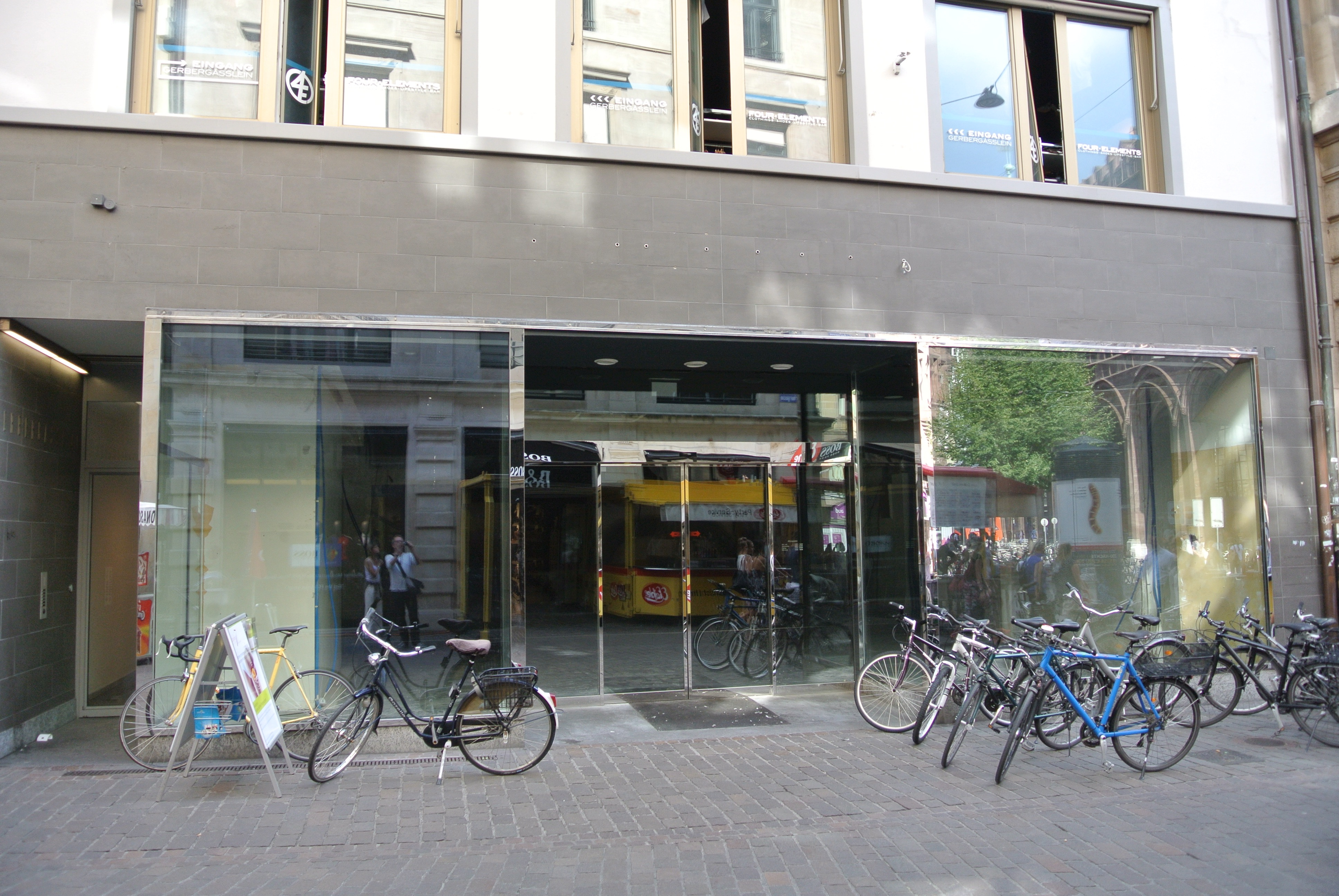 Ladensterben: Leere Schaufenster werden als Veloparkplätze genutzt.
