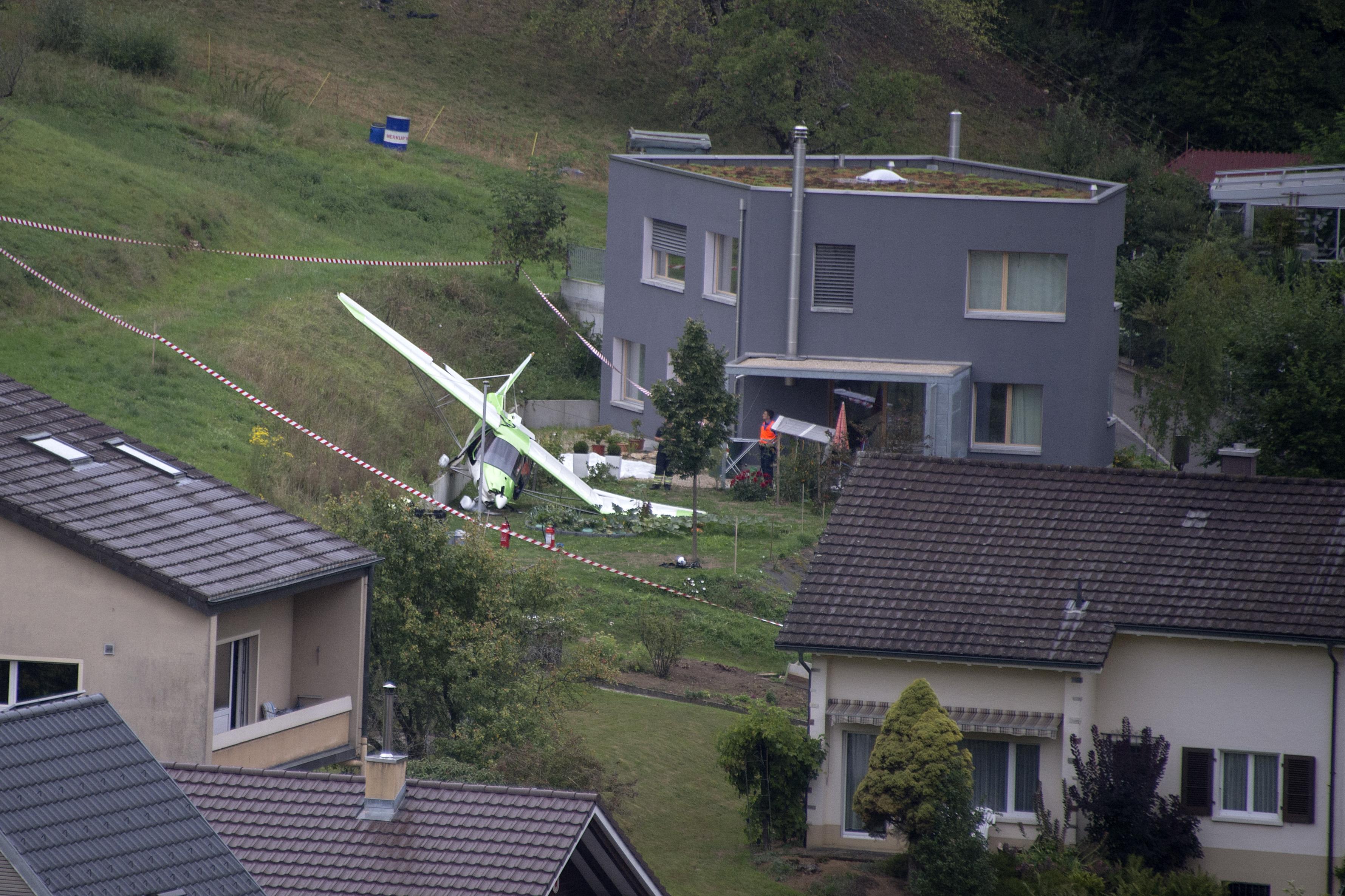 Absturzstelle eines Flugzeuges, das an der Dittinger Flugshow teilgenommen hat, in Dittingen, am Sonntag, 23. August 2015.
