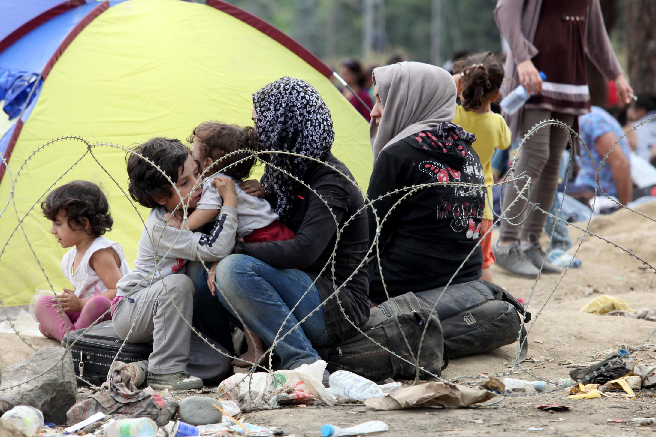 Die Situation eskaliert am Bahnhof von Gevgelija, von wo t�glich Tausende von Fl�chtlingen versuchen mit dem Zug nach Serbien zu gelangen. bei Gevgelija. Derzeit wird die griechisch-mazedonische Grenze Grenze von der Polizei abgeriegelt, um weitere Fl�chtlingsstr�me zu verhindern. 21.08.2015 // The overcrowded train station at Gevgelija where thousands of refugees try to catch a train to Serbia. The greek-macedonian border at Gevgelija. At the moment the border is closed by the police in order to prevent further refugee masses.