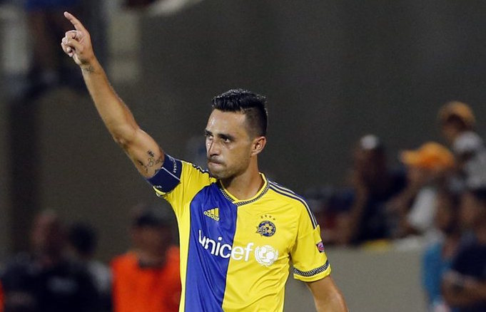 epa04898031 Eran Zahavi of Maccabi Tel Aviv celebrates after scoring the 1-1 goal during the UEFA Champions League play-off round second leg soccer match between Maccabi Tel Aviv FC and FC Basel 1893 at the Bloomfield stadium in Tel Aviv, Israel, 25 August 2015. EPA/ABIR SULTAN
