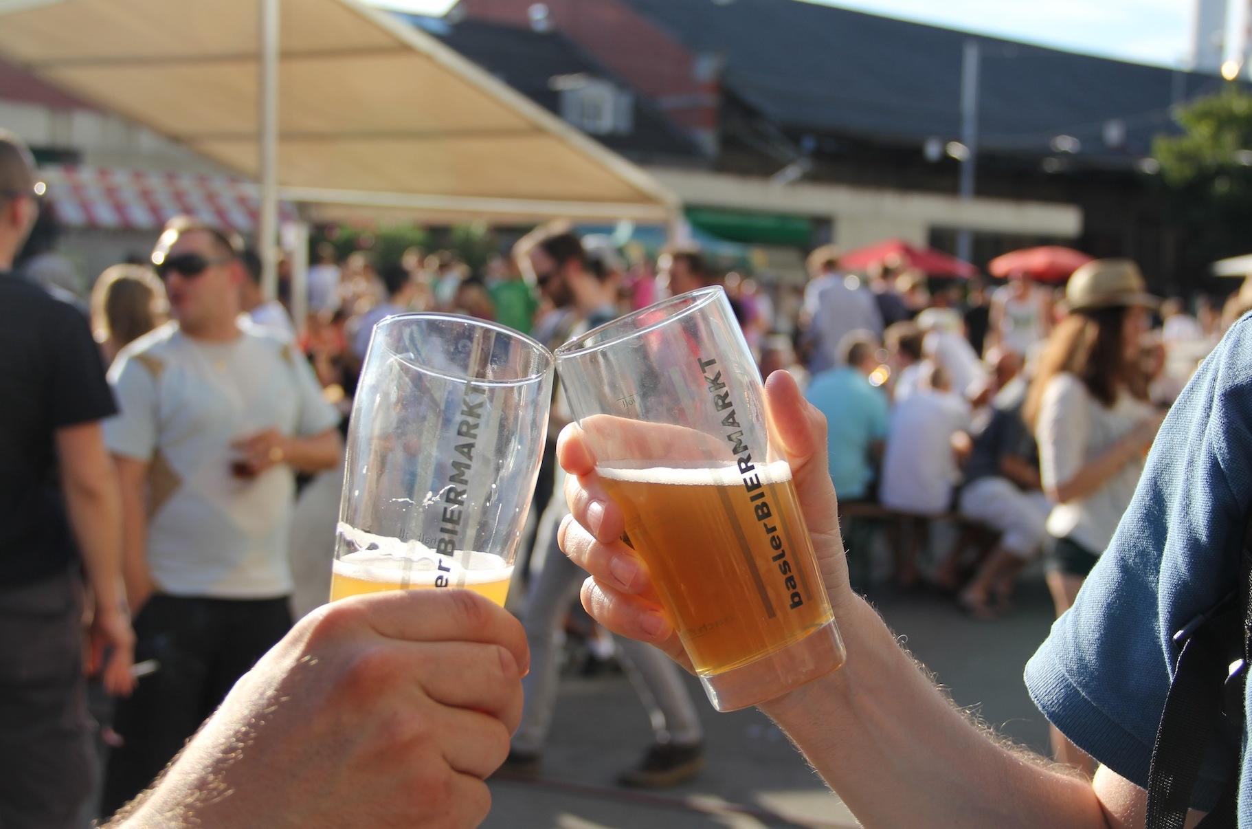 Prost! Das Prinzip mit den Jetons statt Bargeld und mit dem Bierglas als «Bhaltis» wurde beibehalten.