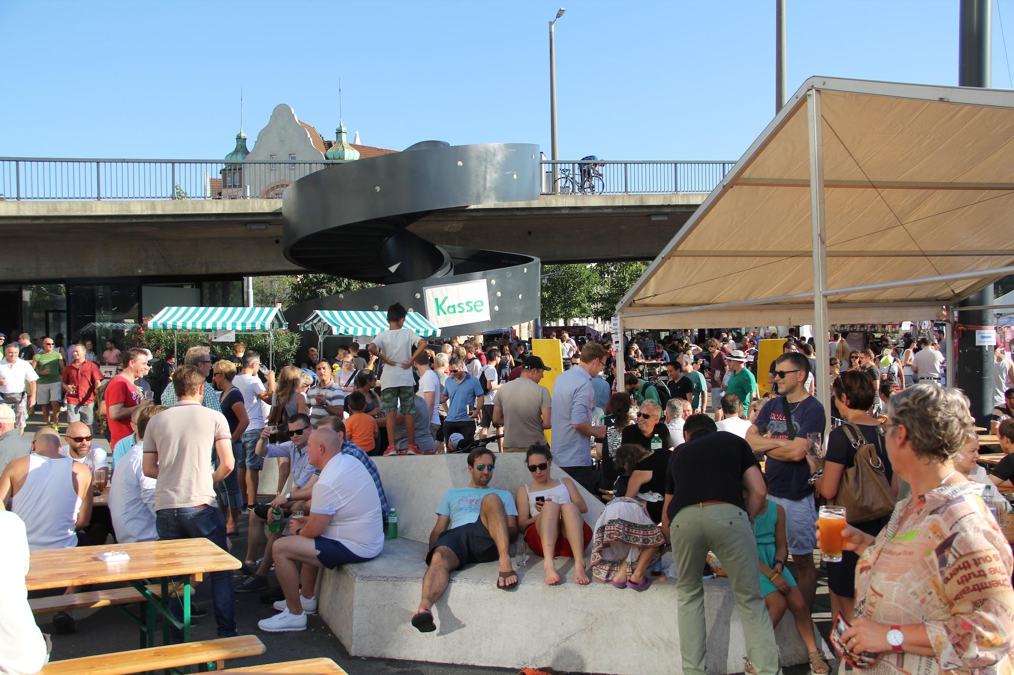 Ausgelassene Stimmung beim St. Johanns-Bahnhof: Der Vogesenplatz war in der sommerlichen Hitze gut besucht.
