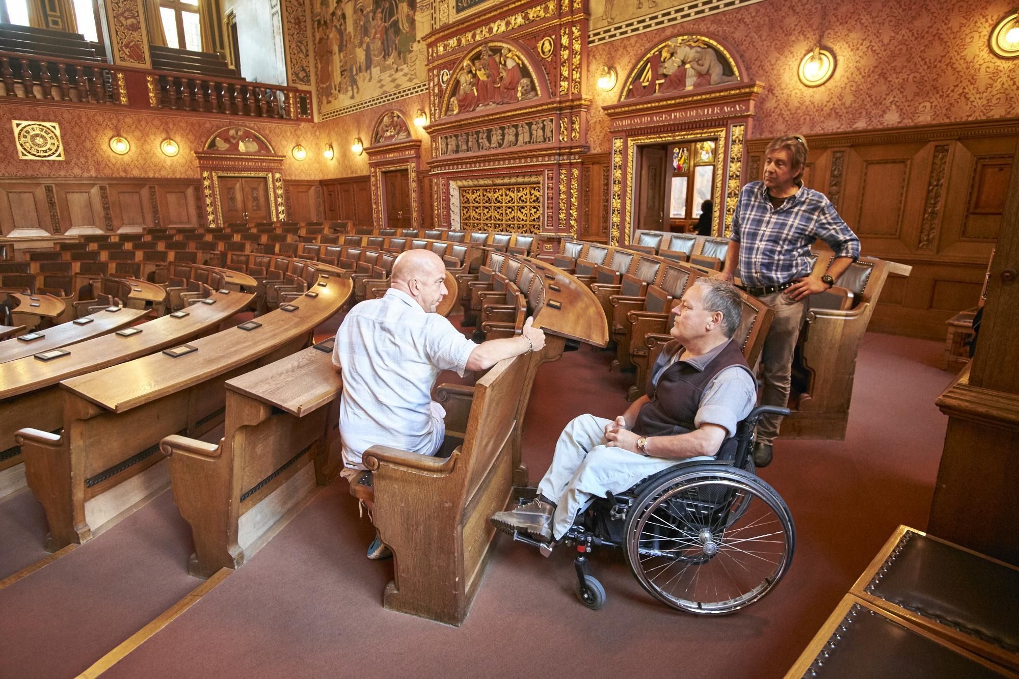 Schweres Los als Hinterbänkler: Für Rollstühle hat es im Grossratssaal genügend Platz – allerdings nur hinter den historischen Sitzen oder daneben.