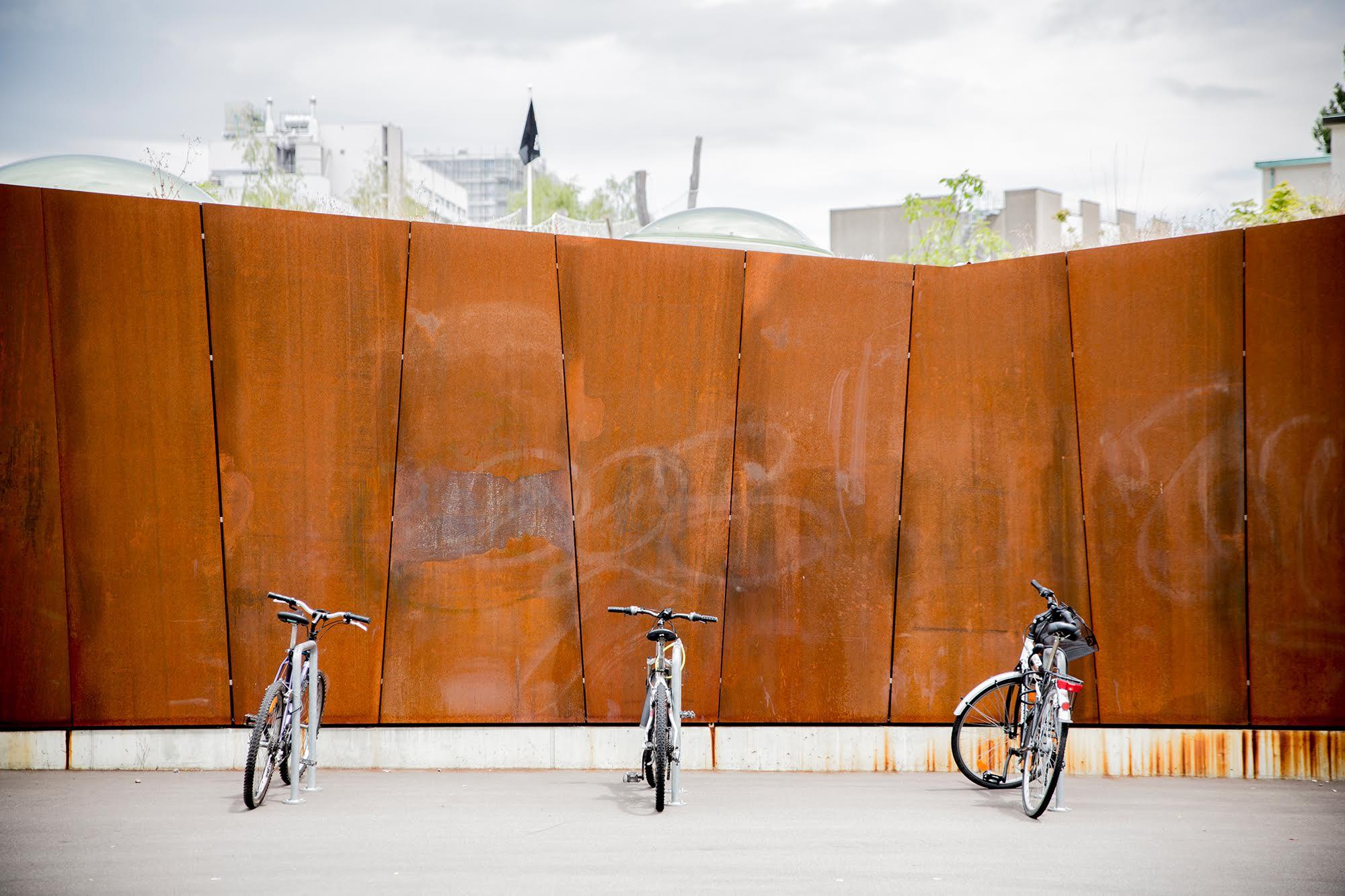 «Die Grenze zwischen Quartier und Campus, die zwar keine Mauer ist, wirkt – trotz der wohlwollenden Gestaltung – als Grenze und signalisiert die Trennung von öffentlichem und privatem Raum» (Gabi Hangartner).