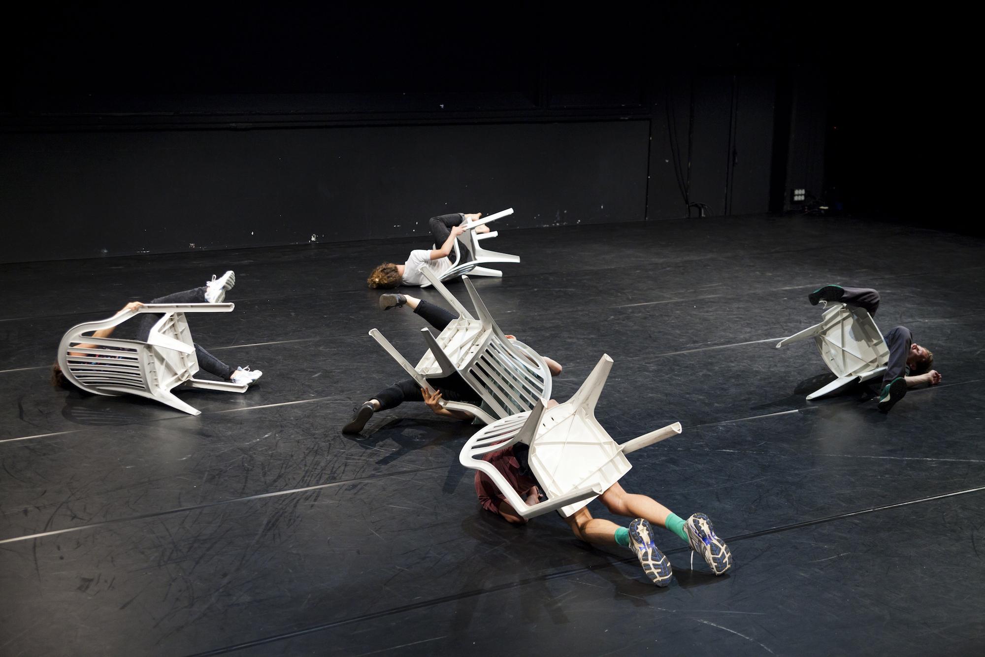 «Schichten» oder sitzend liegen im Theater Roxy