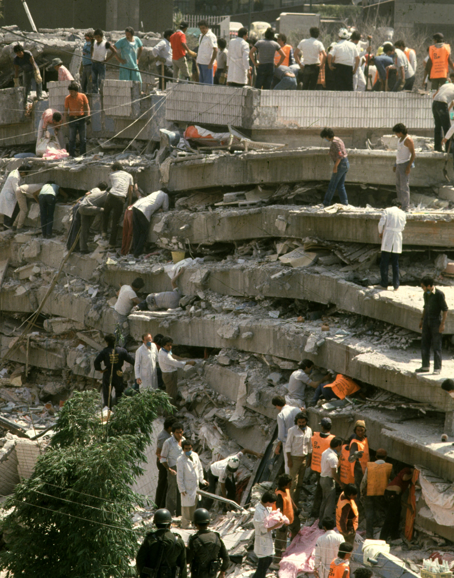 Rescue workers and citizens search for survivors inside the Hospital Juarez on Sept. 20, 1985, in Mexico City. At least 13 babies were pulled to safety by volunteers from two collapsed hospitals. In Hurricane Katrina's destruction, many here see the specter of the earthquake that struck 20 years ago, toppling buildings and shaking people's faith in authorities. (KEYSTONE/AP Photo/Jesus Villaseca) ** ONE TIME USE ONLY. . . MANDATORY CREDIT **