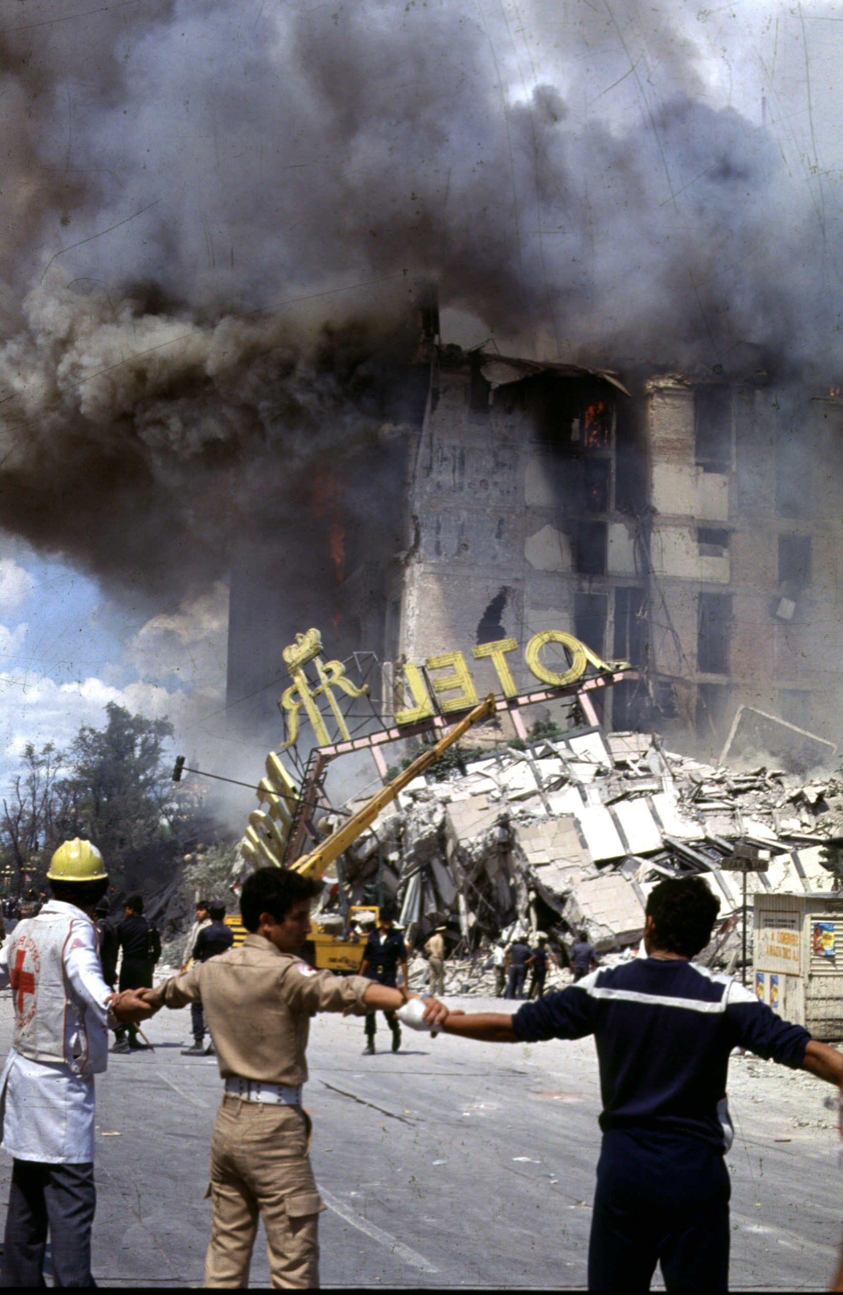 People join hands around the Regis Hotel which collapsed in the massive earthquake on Sept. 19, 1985, in Mexico City. Mexico City is marking the 20th anniversary of the massive 1985 earthquake that killed at least 9,500 people as it leveled whole sections of the city.(KEYSTONE/AP Photo/Jesus Villaseca) ** ONE TIME USE ONLY. . . MANDATORY CREDIT **
