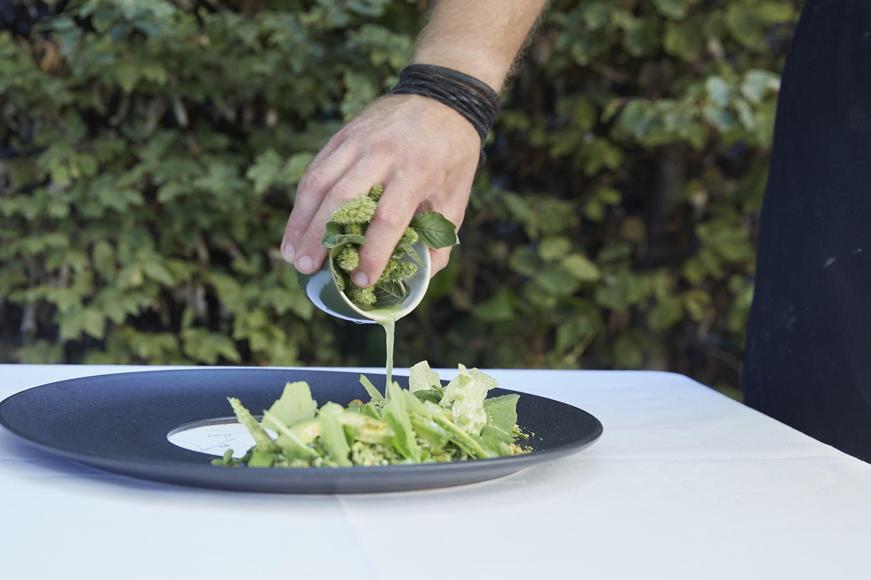 Die Sauce aus Limettensaft und Haselnussöl wird separat serviert und erst kurz vor dem Essen über dem Salat verteilt.
