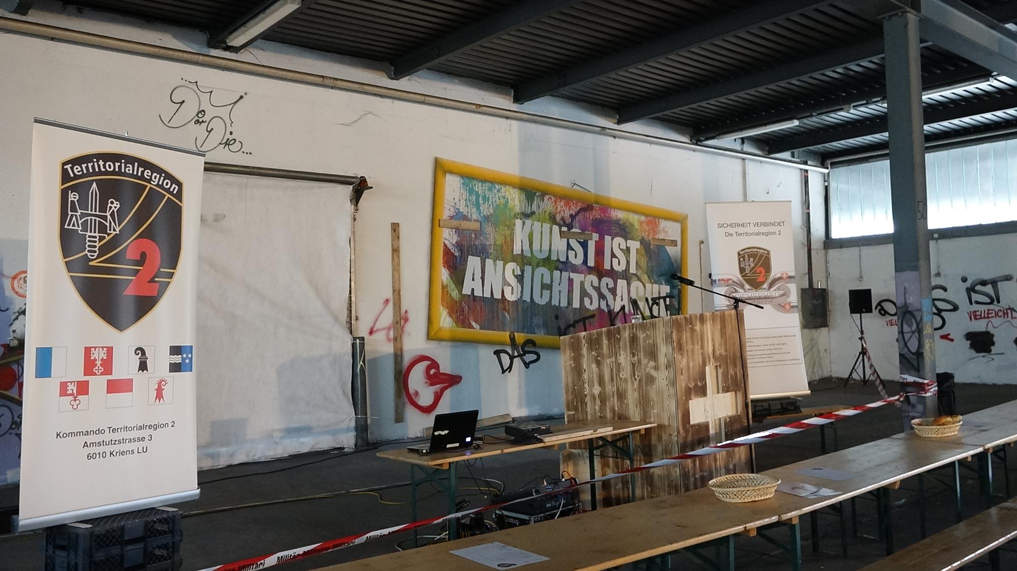 Clash der Kulturen: Bevor das Militär in Muttenz seine Ausstellung zeigt, waren in der alten Fabrikhalle Sprayer am Werk.