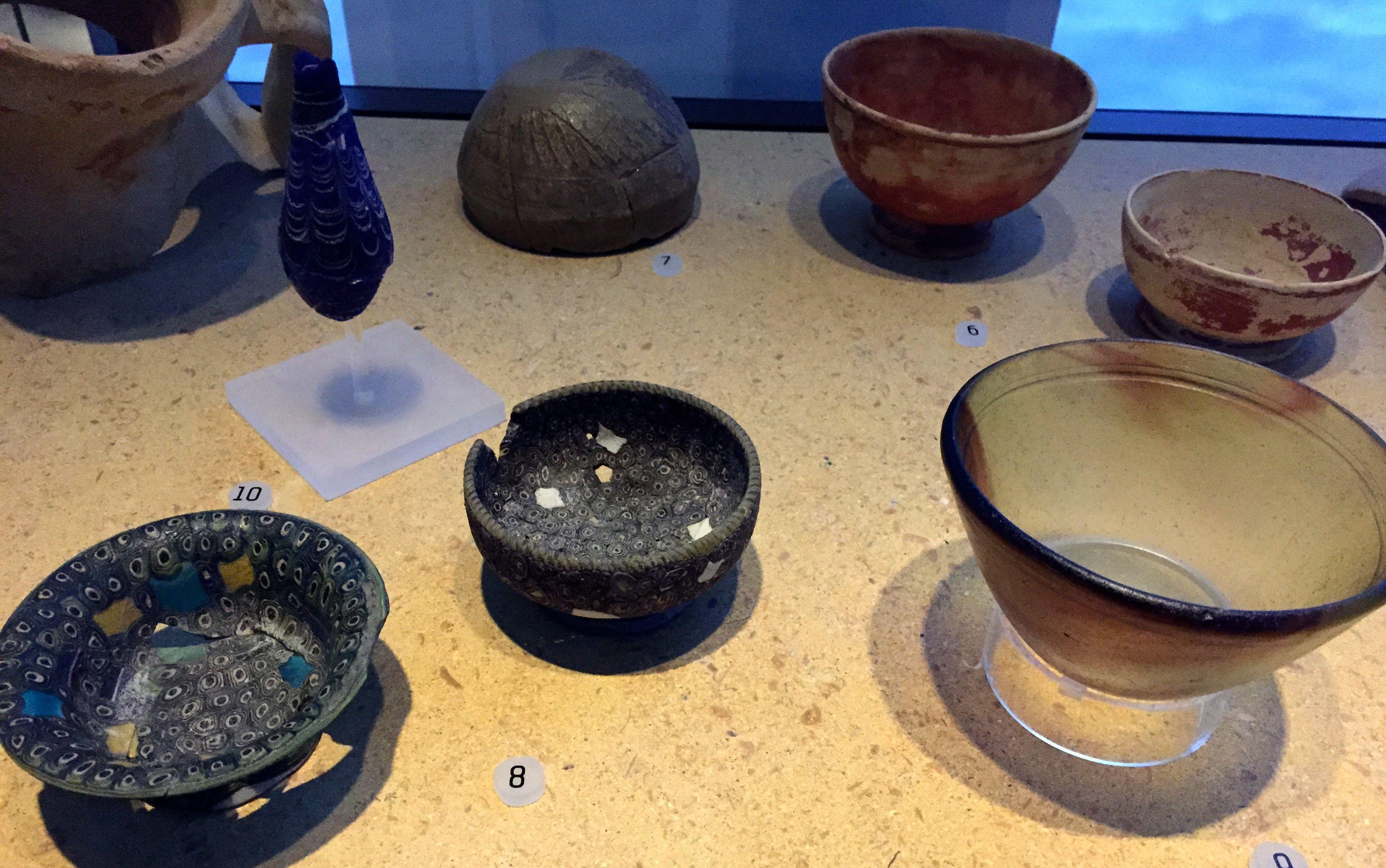 Schalen aus Ägypten (l.), Syrien und Zypern oder Rhodos (r.).