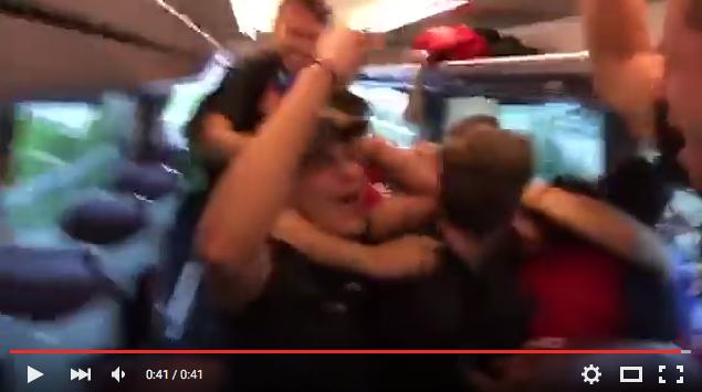 Spieler des SV Muttenz freuen sich im Teambus ausgelassen über den zugelosten Gegner, den FC Basel.
