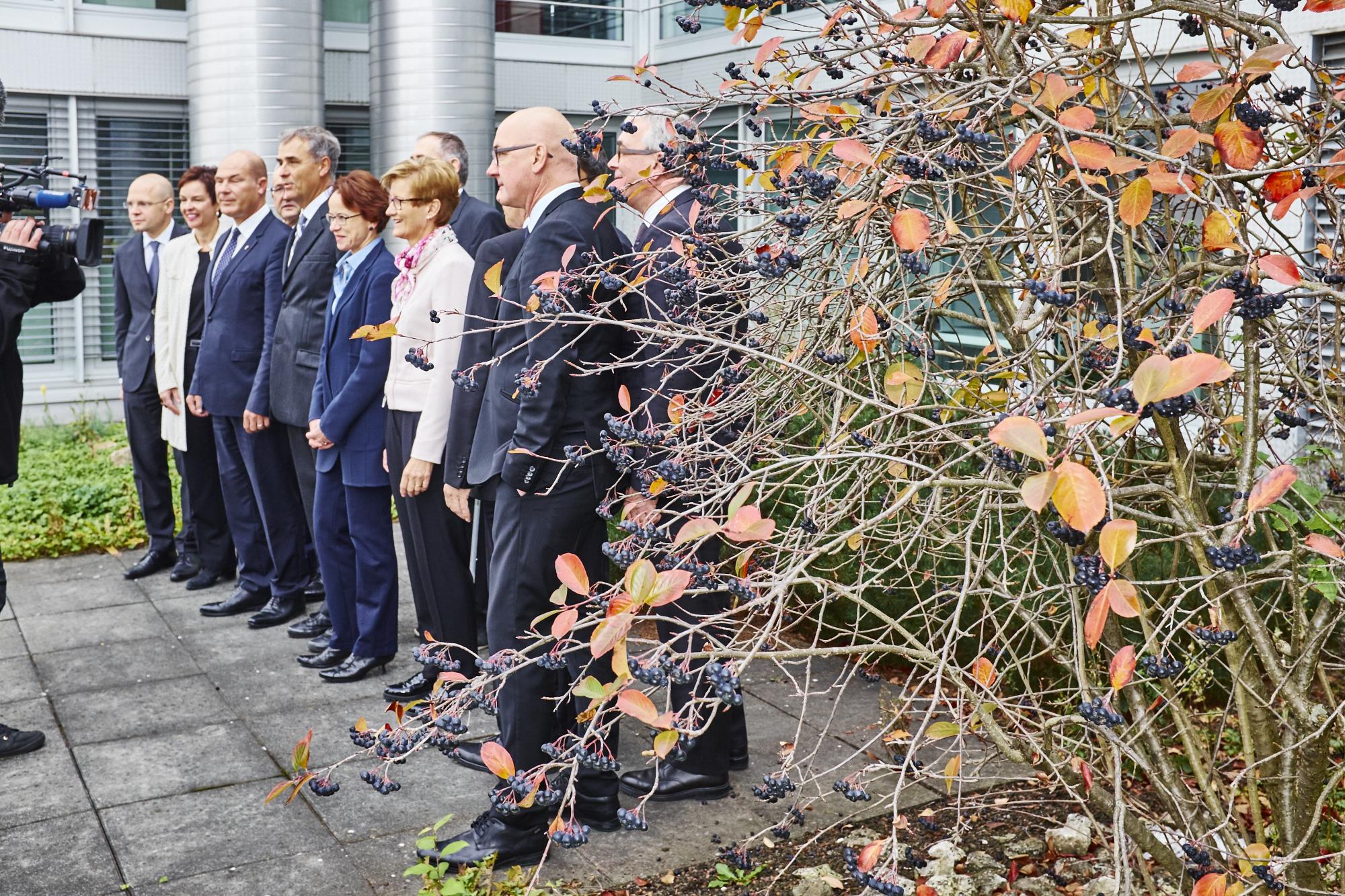 Inszenierte Geschlossenheit: Vor der Medienkonferenz posierten die Regierungsräte aus Baselland und Basel-Stadt vor dem Biozentrum in Allschwil.