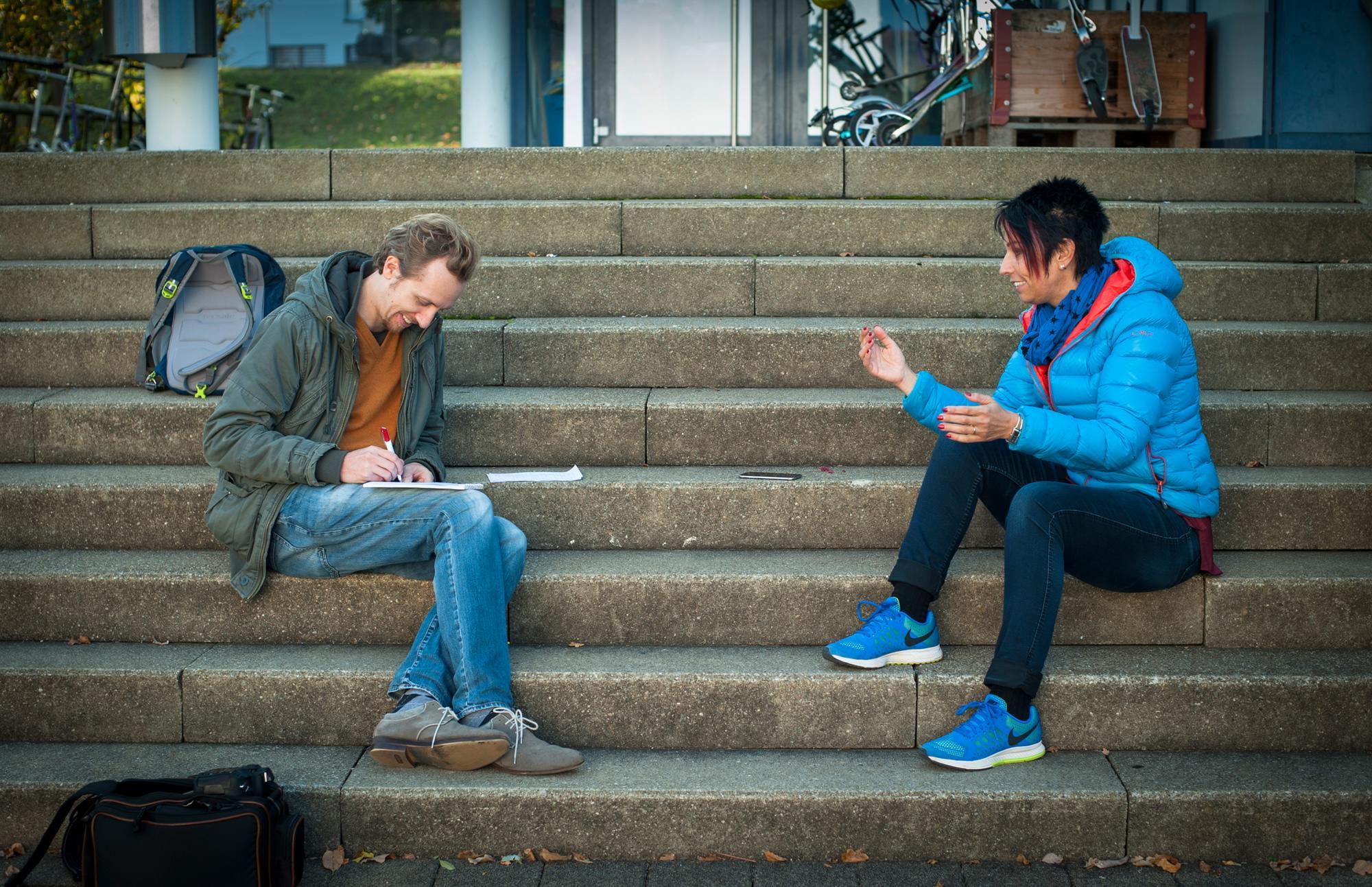 Pressetermin vor dem Schulhaus in Bubendorf: «Von mir aus können wir uns gerne auf die Treppe setzen, ich bin mir Baustellen gewohnt», sagt Sollberger.