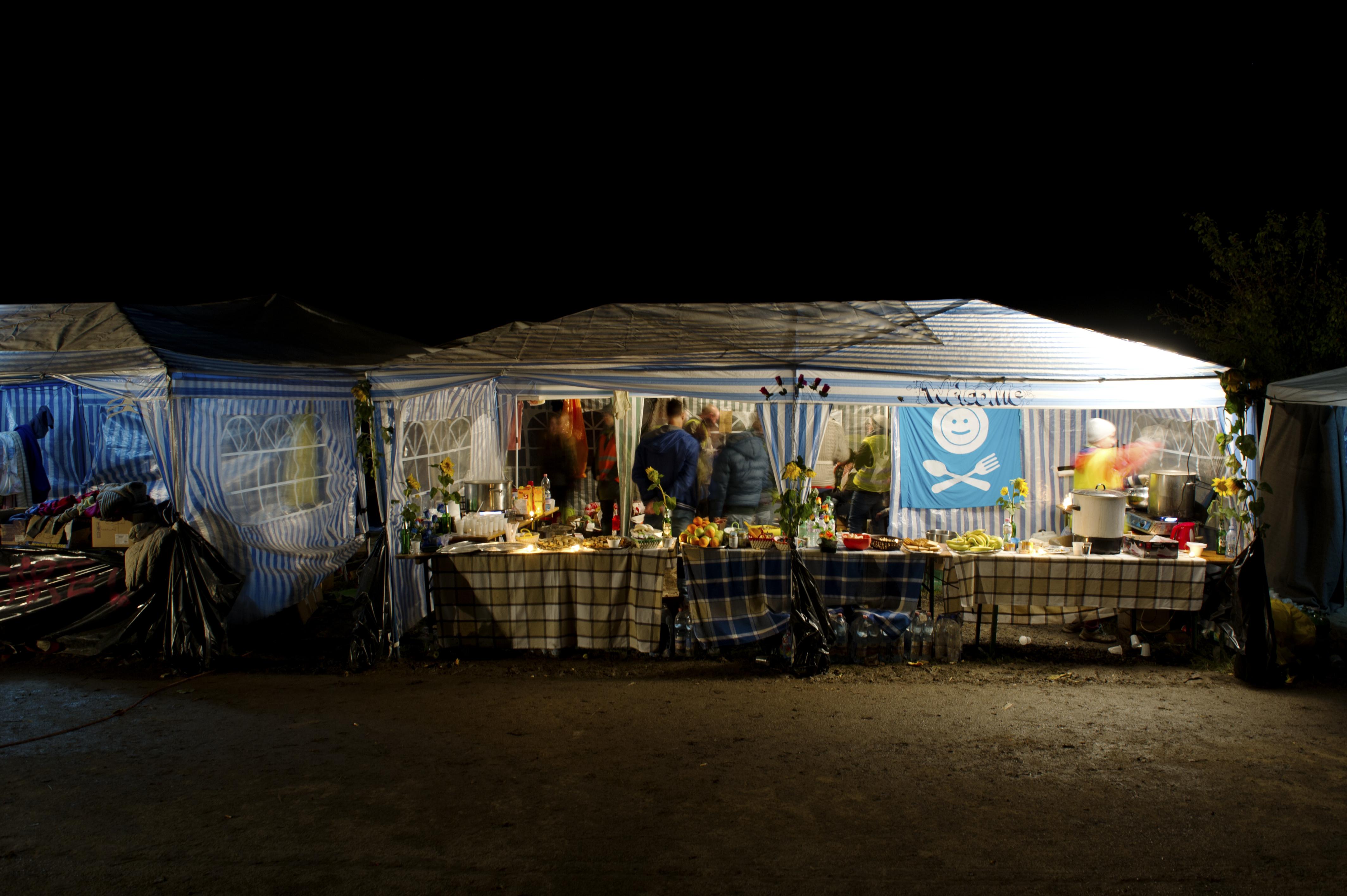 Das Tee- und Essenszelt von Rastplatz nahe des Grenzpostens.