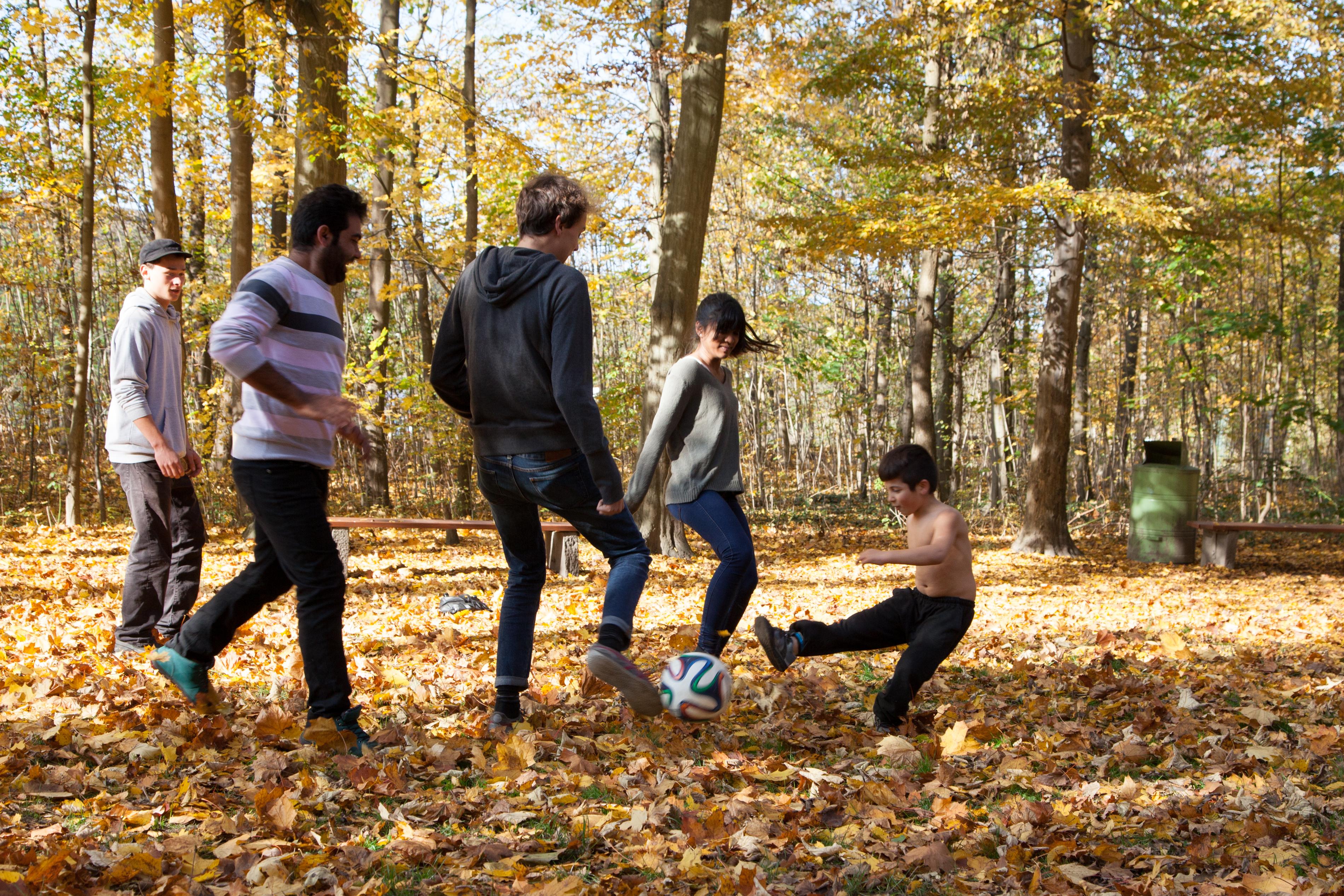 Interaktion: Schülerinnen und Asylsuchende beim Fussballspiel.