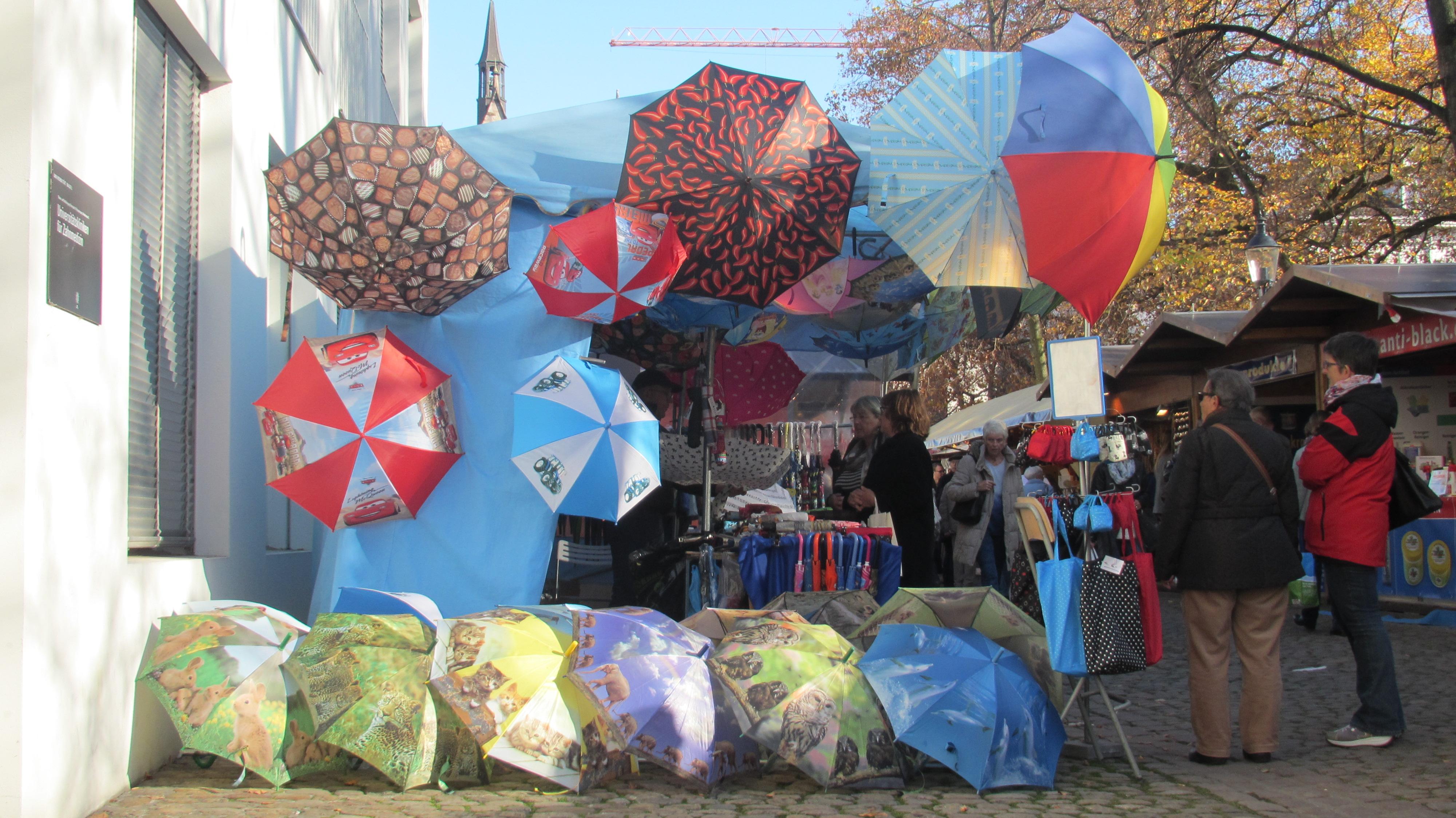 Der clevere Kunde kauft sich seinen Schirm bei Sonnenschein.