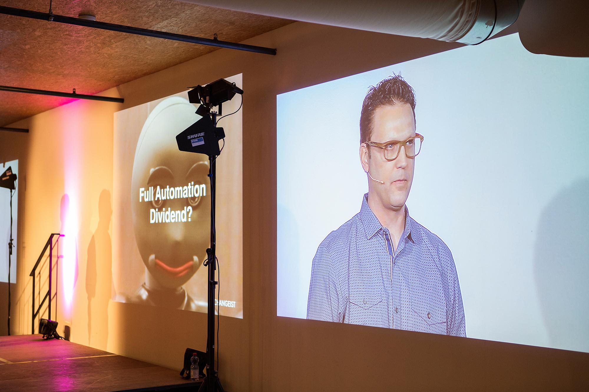 Wenn er nicht gerade über die Zukunft nachdenkt oder schreibt, ist Scott Smith ein gefragter Sprecher an Konferenzen auf der ganzen Welt.
