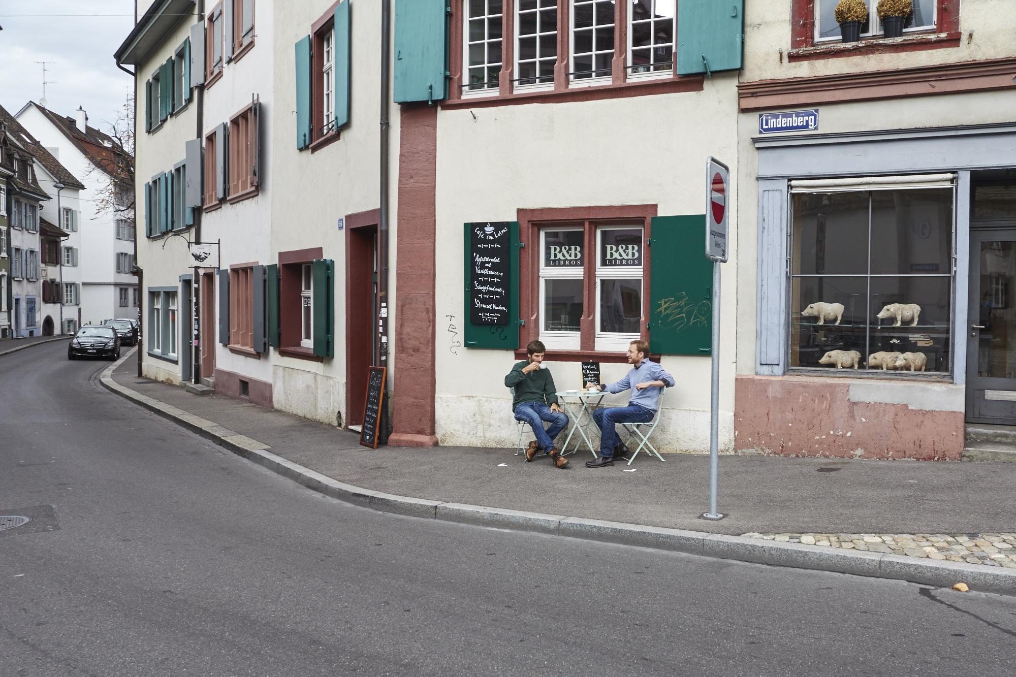 Arvid Weck und Roger Greiner, die Betreiber des Café Con Letras, gönnen sich einen Kaffee vor ihrem Lokal.