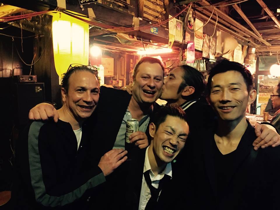 Jens Seiler (zweiter von links) ist so gut vernetzt in Japan, dass er von Musikern dort sogar geküsst wird.