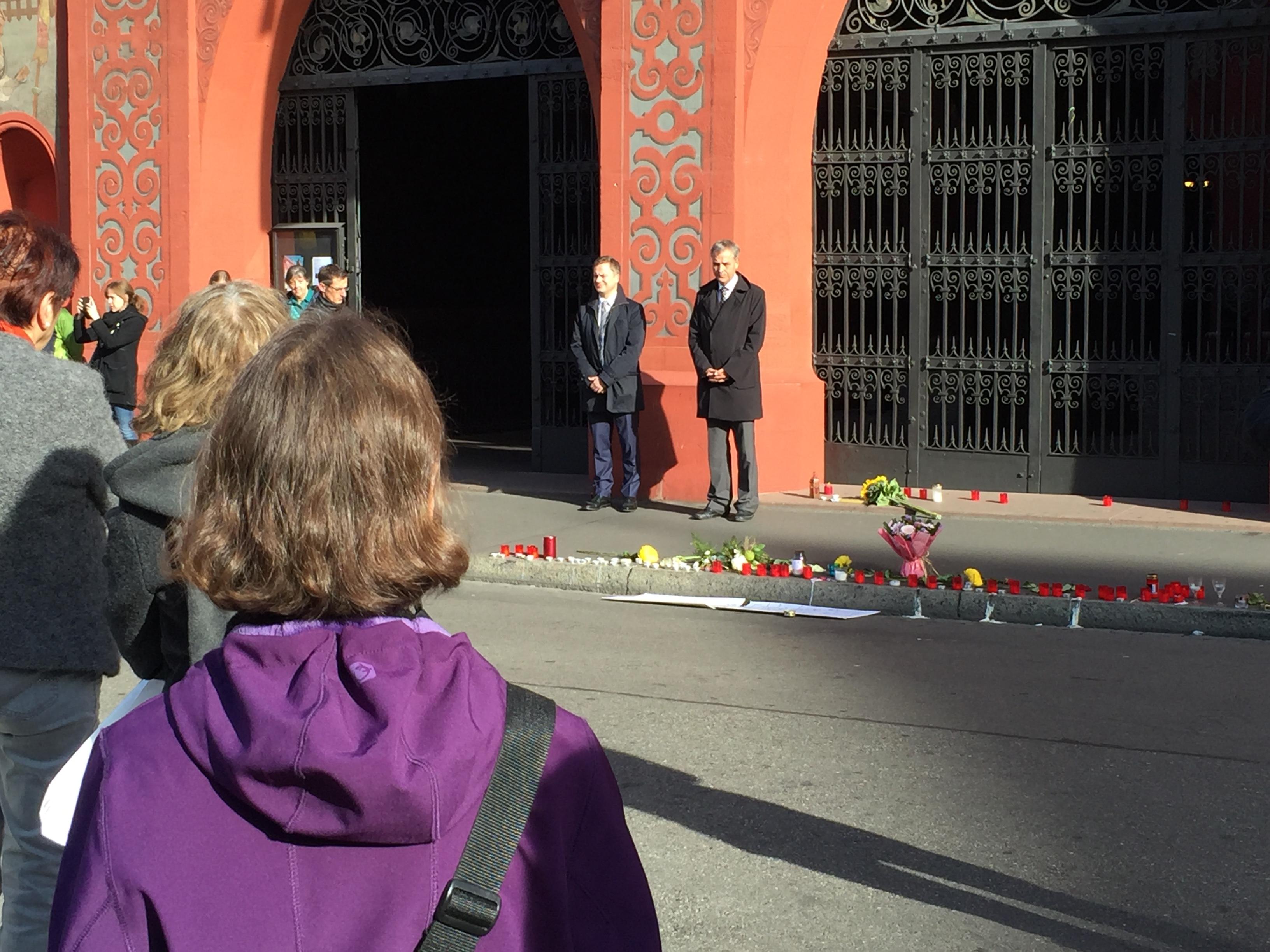 Schweigeminute vor dem Rathaus mit Regierungspräsident Guy Morin und Vize-Staatsschreiber Marco Greiner. Nur wenige Passanten haben sich beteiligt.