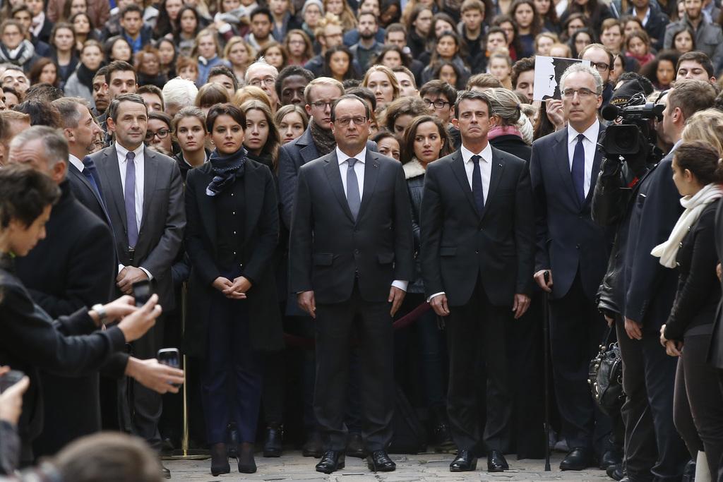 Präsident Francois Hollande (Mitte), Premierminister Manuel Valls (rechts) und Bildungsministerin Najat Vallaud-Belkacem bei der Schweigeminute am Montag an der Universität Sorbonne in Paris.