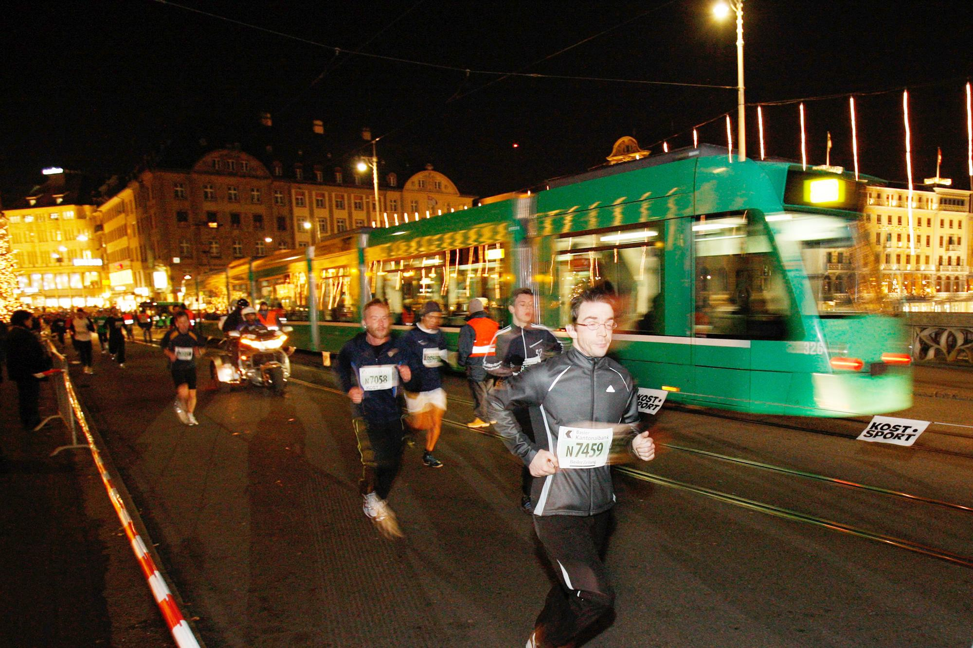 Teilnehmer des Basler Stadtlaufs auf dem Weg in Richtung Rheingasse.