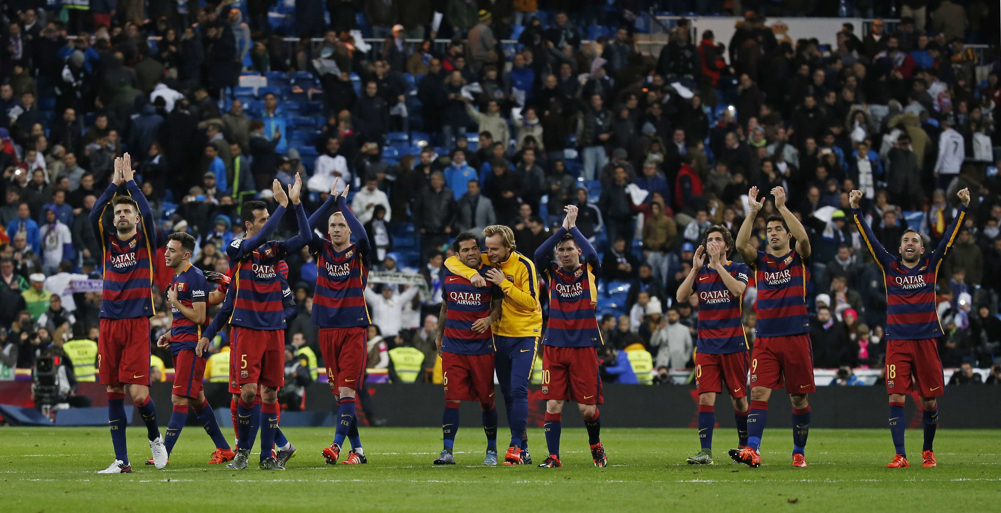Football - Real Madrid v Barcelona - Liga BBVA - Santiago Bernabeu - 21/11/15 Barcelona players applaud the fans at the end of the match Reuters / Sergio Perez Livepic