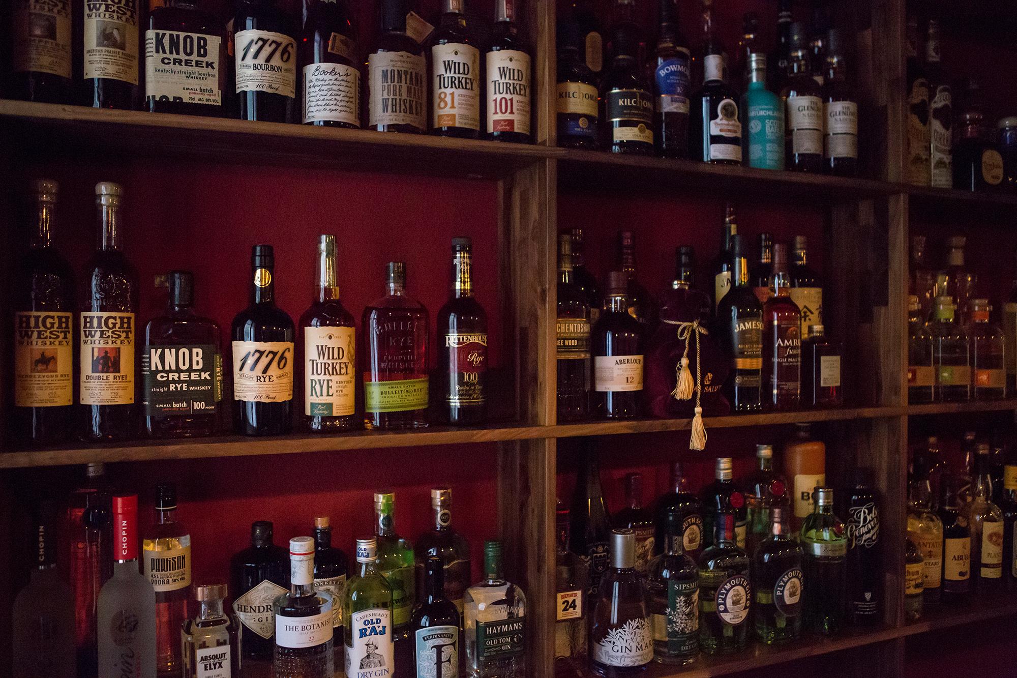 Der Name «Angels' Share» kommt aus der Whisky-Brennerei. Dem braunen Gold steht im Barregal entsprechend viel Platz zu.