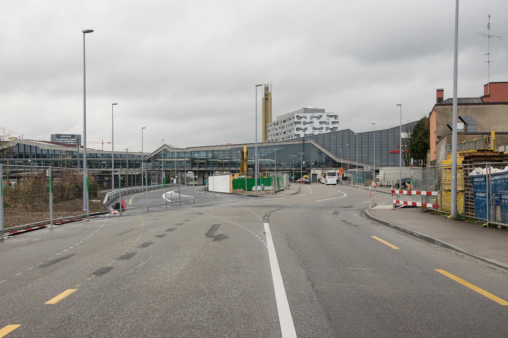Zweigeteilt: Ab Freitag wird die provisorische Meret-Oppenheim-Strasse (links) befahren. Der Platz der bisherigen Strasse wird für die Bauarbeiten benötigt