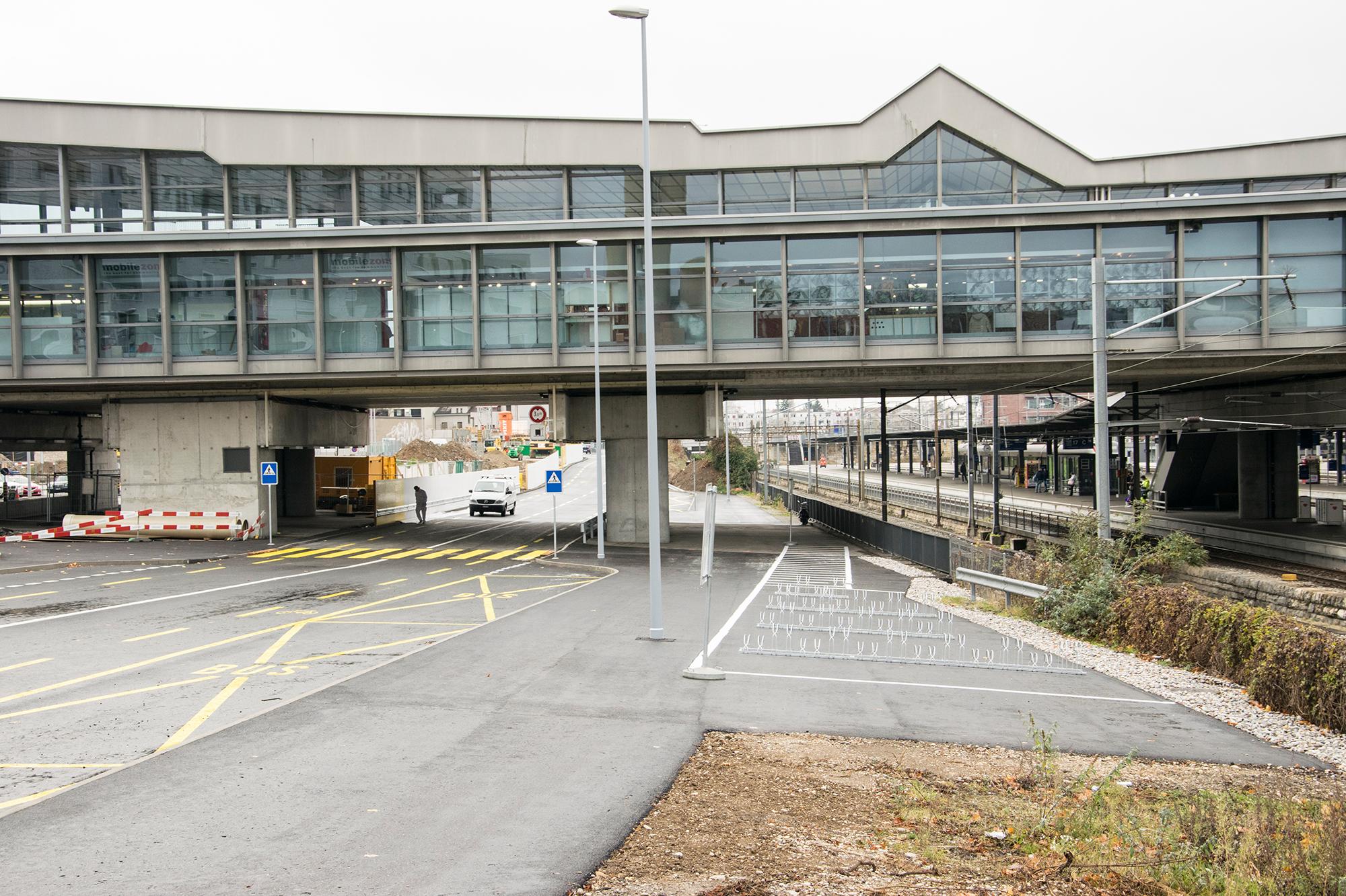 Ein paar neue Abstellplätze für Velos hat die SBB zwischen provisorischer Meret-Oppenheim-Strasse und Gleis-Areal installiert. Daneben befinden sich die neuen Busparkplätze.