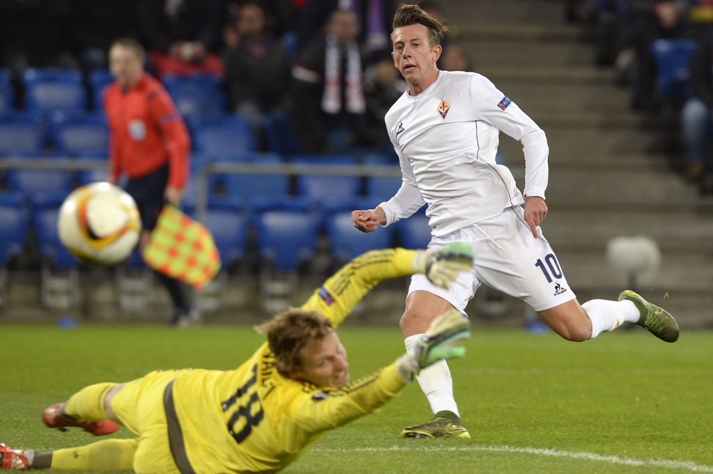 Fiorentina's Federico Bernardeschi, right, scores the first goal for Fiorentina against Basel's goalkeeper Germano Vailati, left, during the UEFA Europa League group I group stage matchday 5 soccer match between Switzerland's FC Basel 1893 and Italy's ACF Fiorentina at the St. Jakob-Park stadium in Basel, Switzerland, on Thursday, November 26, 2015. (KEYSTONE/Walter Bieri)