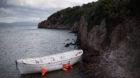 Flüchtlinge bei der Ankunft aus der Türkei auf der Insel Lesbos in Griechenland. Von Flüchtlingen benutztes Boot nach der