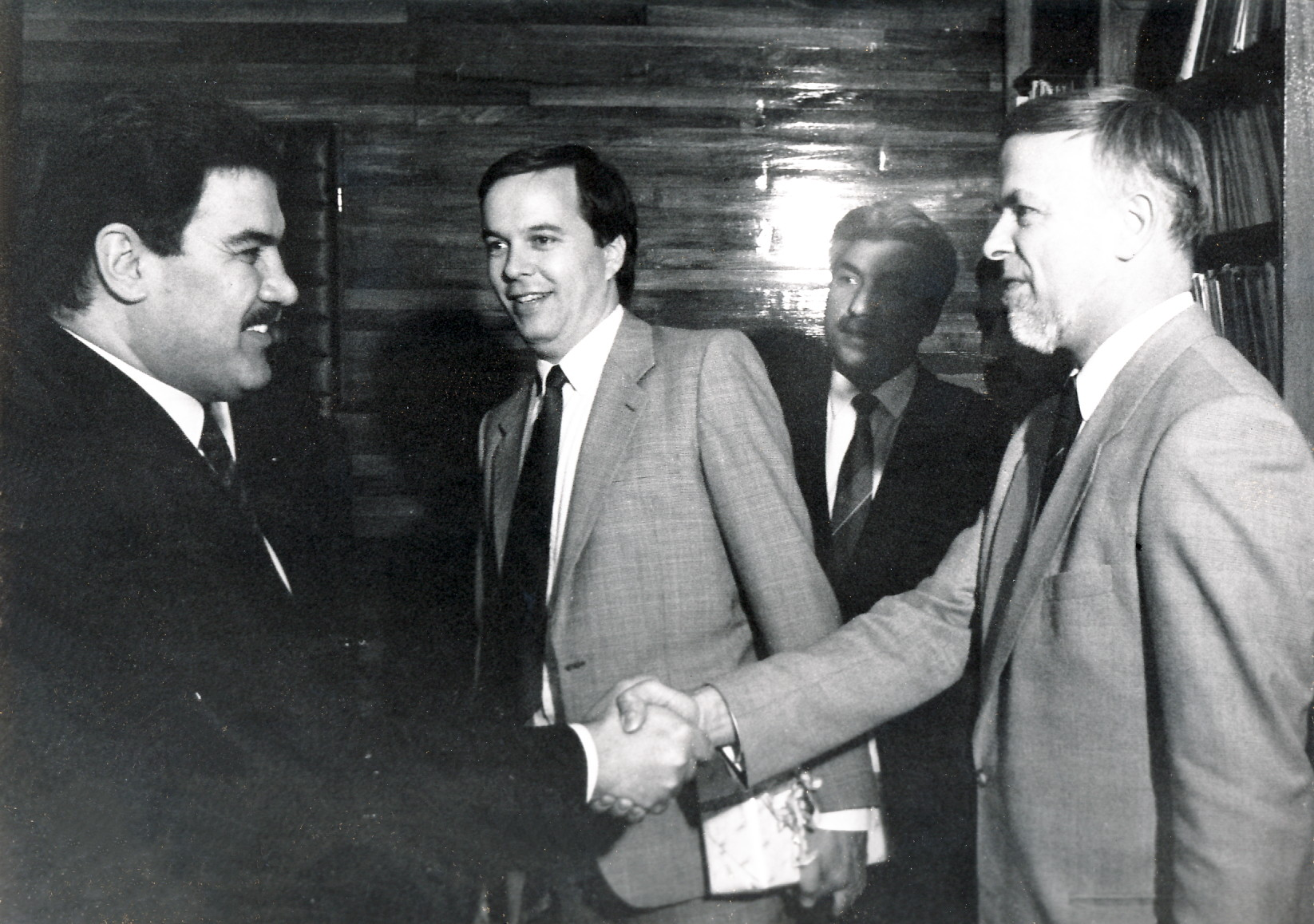 Präsident Najibullah begrüsst PaulBuchererin Kabul, 2. Juli 1991.