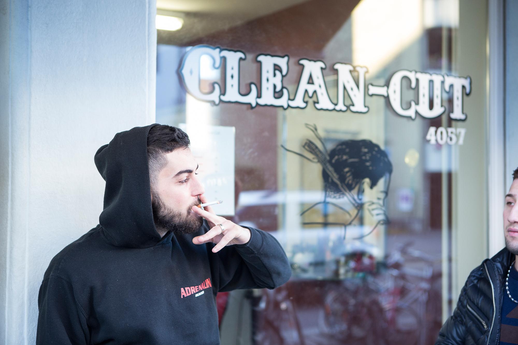 Esat Akpinar aka. S-Hot vor seinem Coiffeursalon in Kleinhüningen, der Laden ist gleichzeitig Treffpunkt für seine «Jungs».