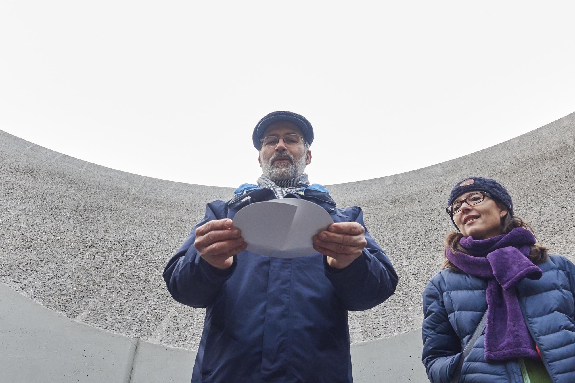 Der Künstler Michele Cordasco erklärt das Trichterprinzip seiner begehbaren Skulptur.