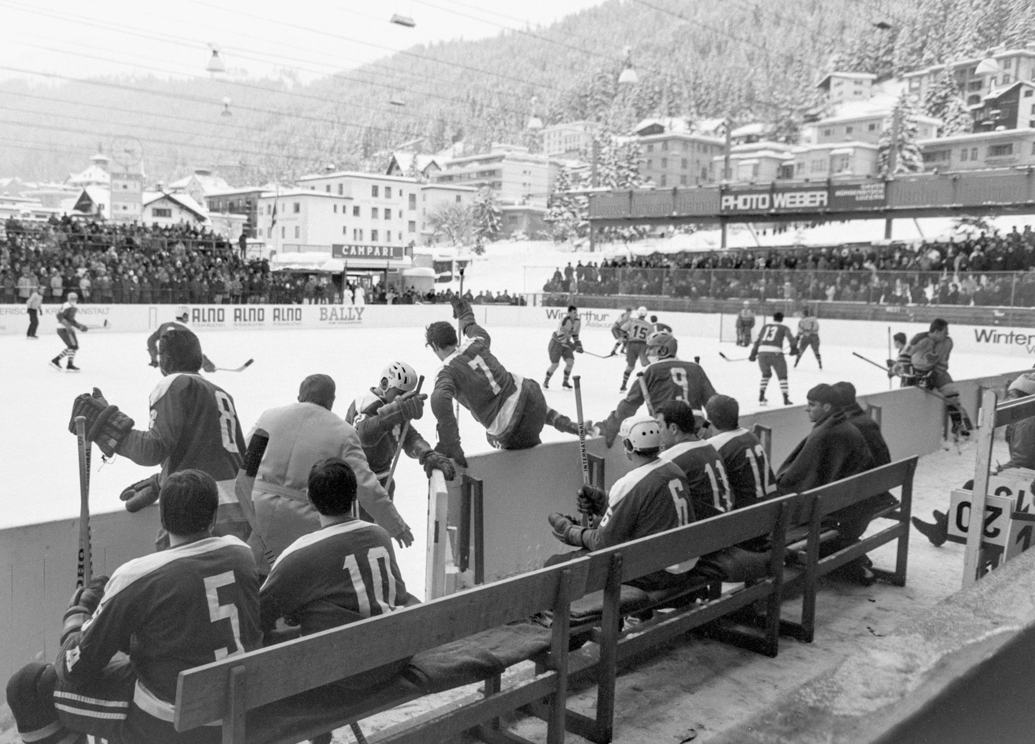 ZUM SPENGLER CUP 2015 VOM SAMSTAG, 26. DEZEMBER 2015, BIS DONNERSTAG, 31. DEZEMBER 2015, STELLEN WIR IHNEN FOLGENDES BILDMATERIAL ZUR VERFUEGUNG - Trainer Kobera (von hinten, mit grauem Mantel) beordert die erste Sturmlinie der Schweizer Nationalmannschaft auf das Eis, Tuerler, Nummer 8, Piller, Nummer 7, und Reinhard, Nummer 9. Die Schweiz verliert am 26. Dezember 1968 das Eroeffnungsspiel beim Spengler Cup gegen Dukla Jihlava mit 1 zu 6 Toren. (KEYSTONE/PHOTOPRESS-ARCHIV/Wir.)