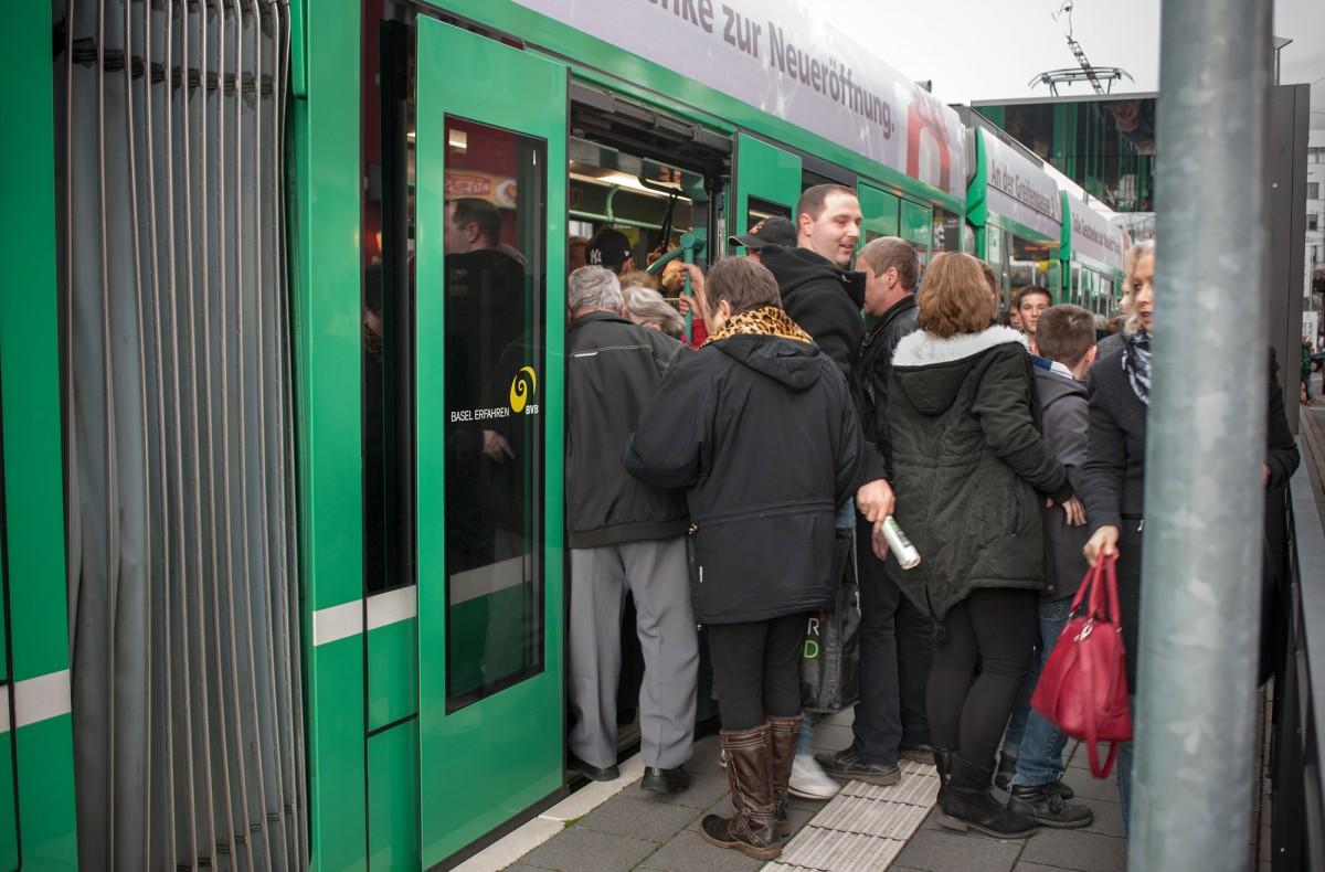 Die vielen Passagiere sorgen für ein Gedränge in den Trams, aber nicht für Staus.