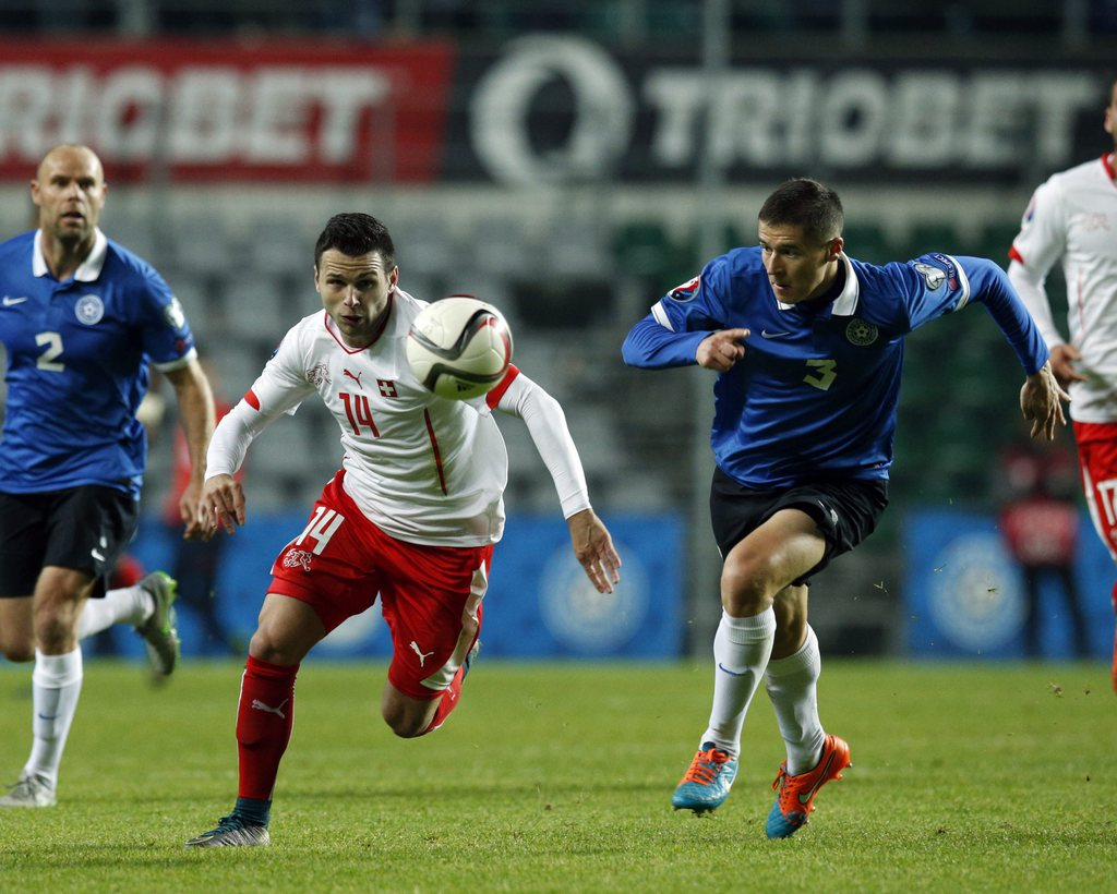 epa04975493 Switzerland's' Renato Steffen (L) vies for the ball with Estonia's Artur Piik during the UEFA EURO 2016 qualifying match between Estonia and Switzerland at A. Le Coq arena in Tallinn, Estonia, 12 October 2015. EPA/JAREK JOEPERA