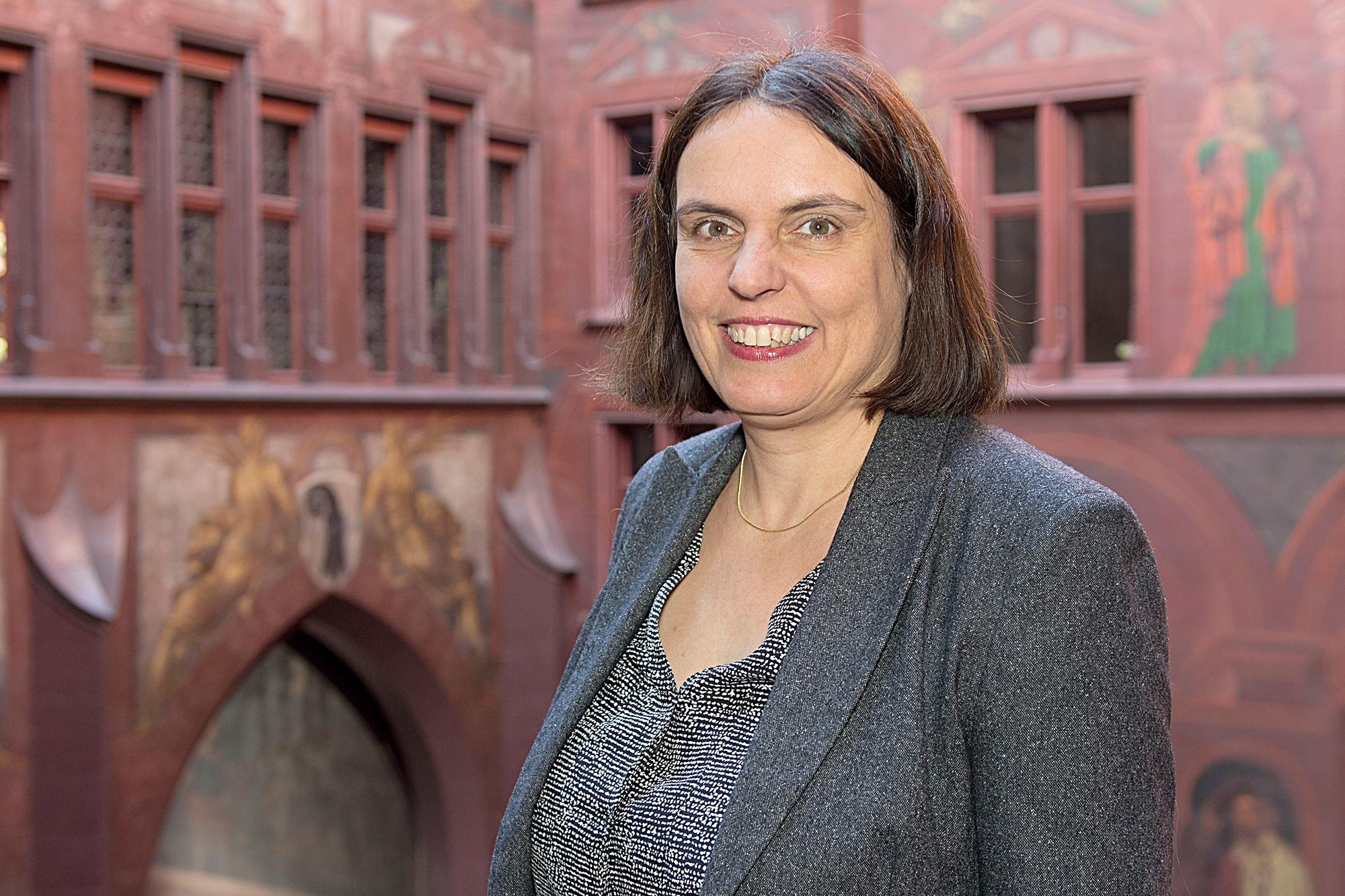 Für das Amtsjahr 2015/16 posierte Elisabeth Ackermann (Grünes Bündnis) als Präsidentin des Grossen Rates im Hof des Basler Rathauses.