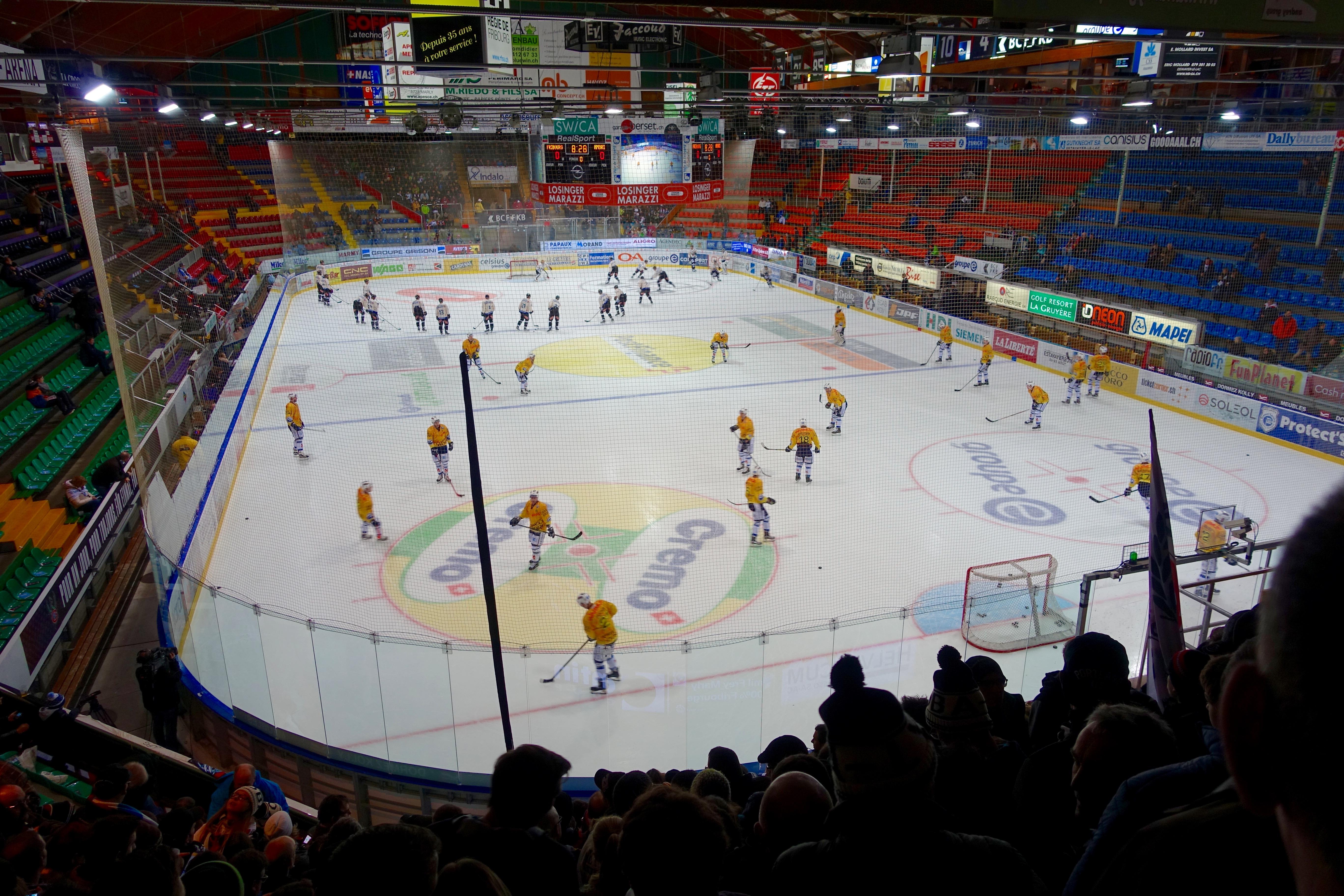 Fribourg und Ambri in der BCF-Arena beim Einspielen.