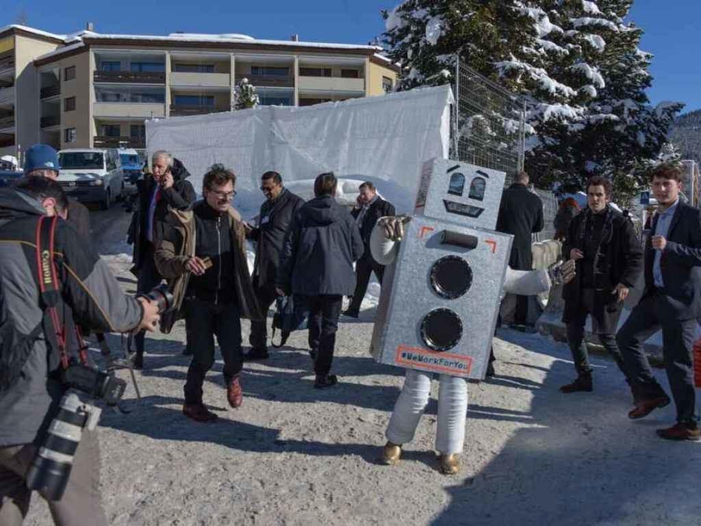 Eine Person im Roboterkostüm wirbt für das bedingungslose Grundeinkommen am Weltwirtschaftsforum 2016 in Davos.