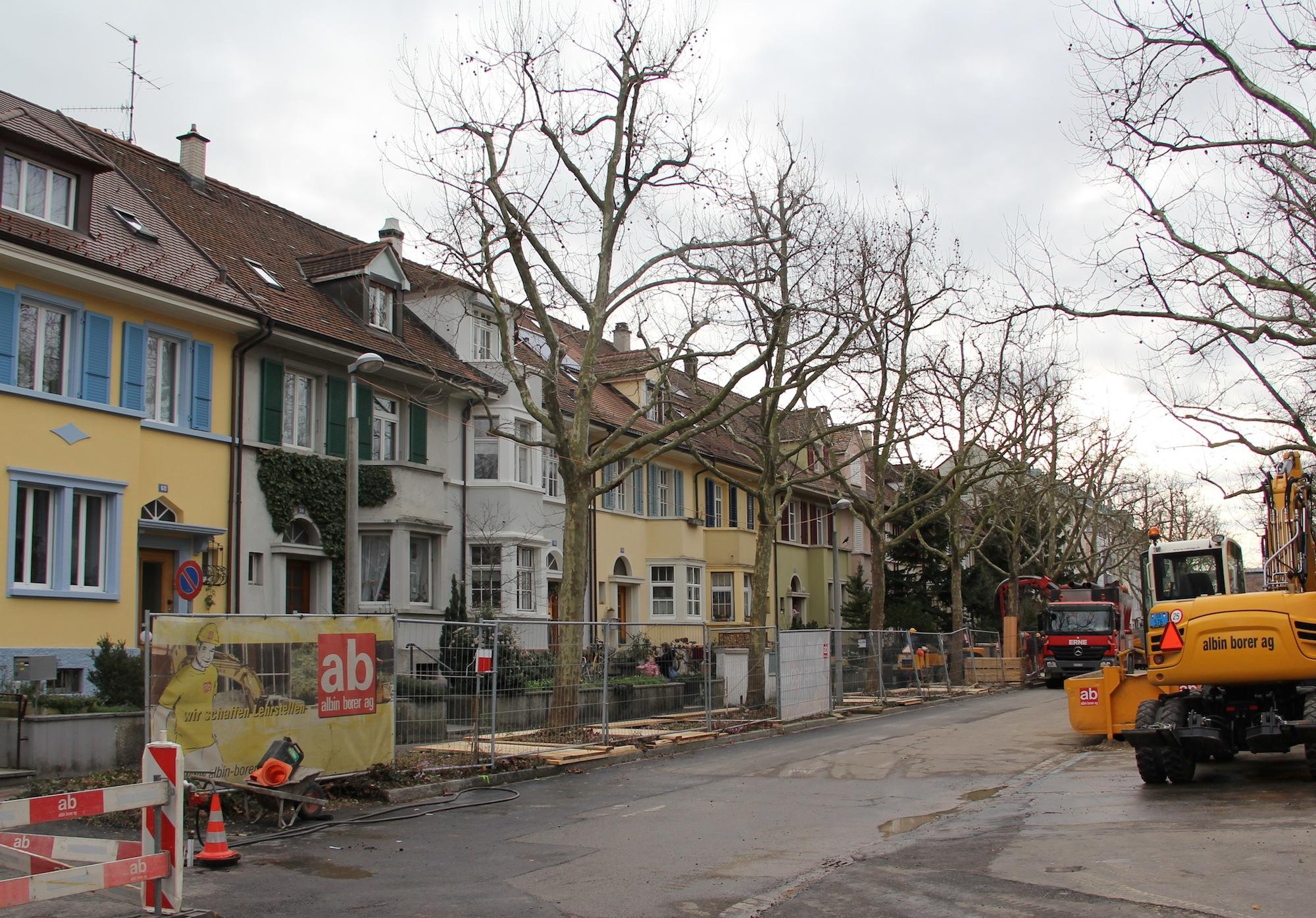 Die besagte Häuserzeile von der Schwarzwaldallee aus betrachtet: Manche Anwohner können wegen der Rheintunnel-Zusicherung aufatmen, hoffen bis dann aber auf mehr Lärmschutz.