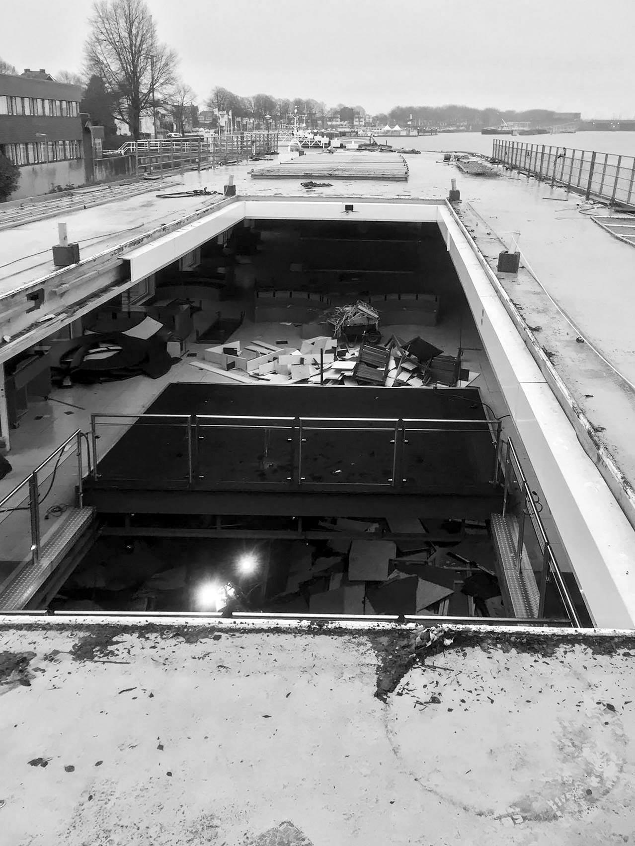 Die Schiffsluke gewährt tiefen Einblick in die aufwändige Baustelle.