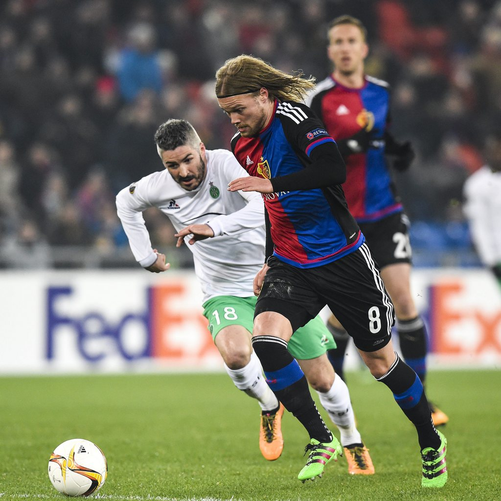 epa05180908 Basel's Birkir Bjarnason, right, fights for the ball against Saint-Etienne's Fabien Lemoine, during the UEFA Europa League Round of 32 second leg soccer match between FC Basel 1893 and AS Saint-Etienne at the St. Jakob-Park stadium in Basel, Switzerland, 25 February 2016. EPA/GIAN EHRENZELLER