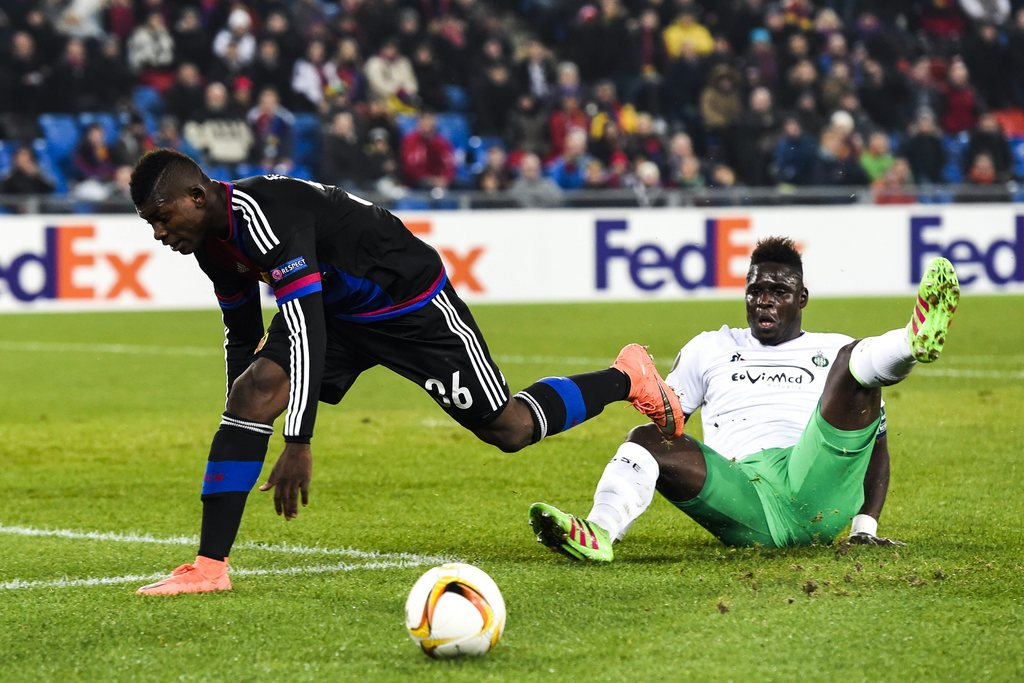 epa05180907 Basel's Breel Embolo, left, fights for the ball against Saint-Etienne's Moustapha Sall, during the UEFA Europa League Round of 32 second leg soccer match between FC Basel 1893 and AS Saint-Etienne at the St. Jakob-Park stadium in Basel, Switzerland, 25 February 2016. EPA/GIAN EHRENZELLER